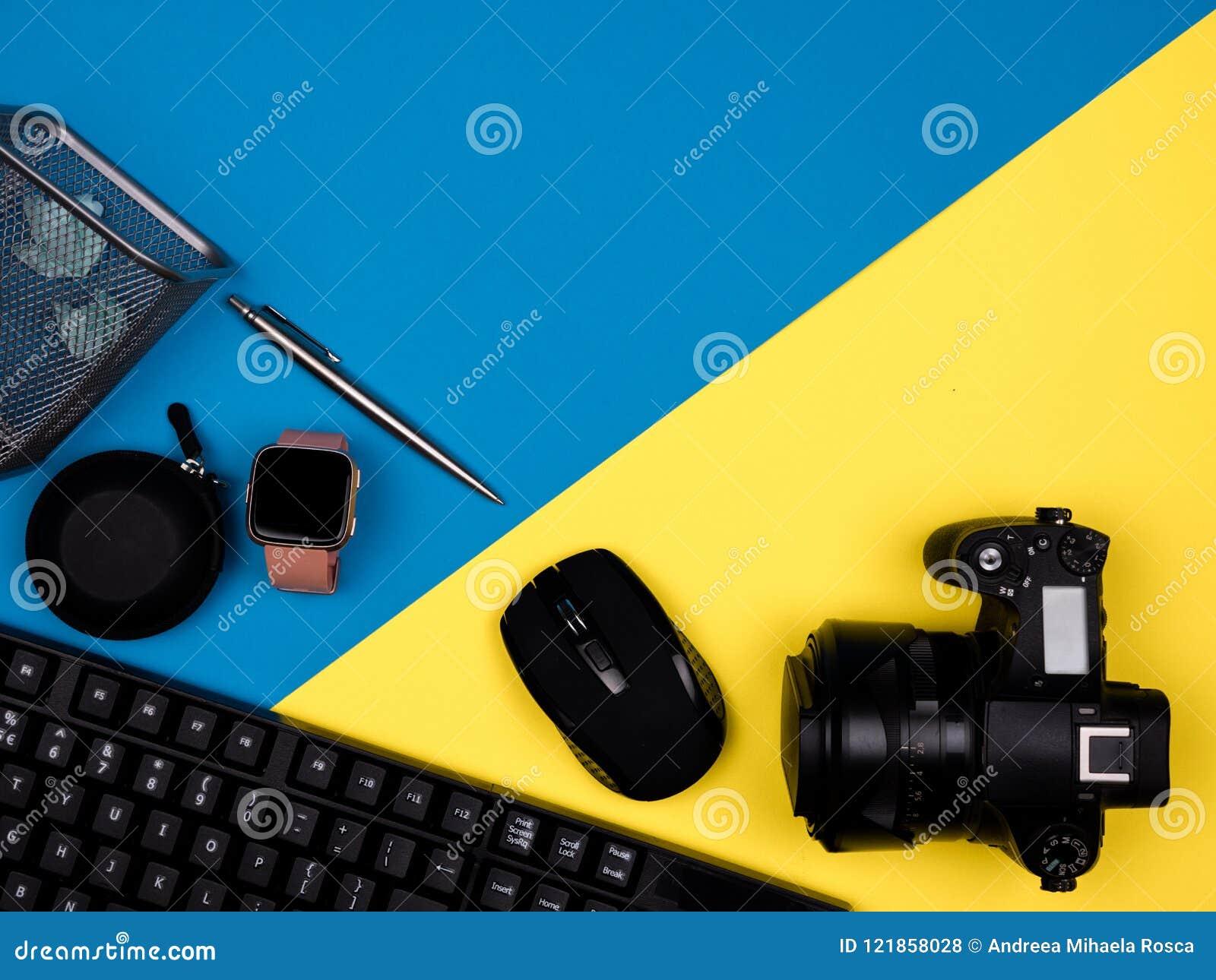O teclado, câmera, rato, relógio, pena, bloqueou o papel