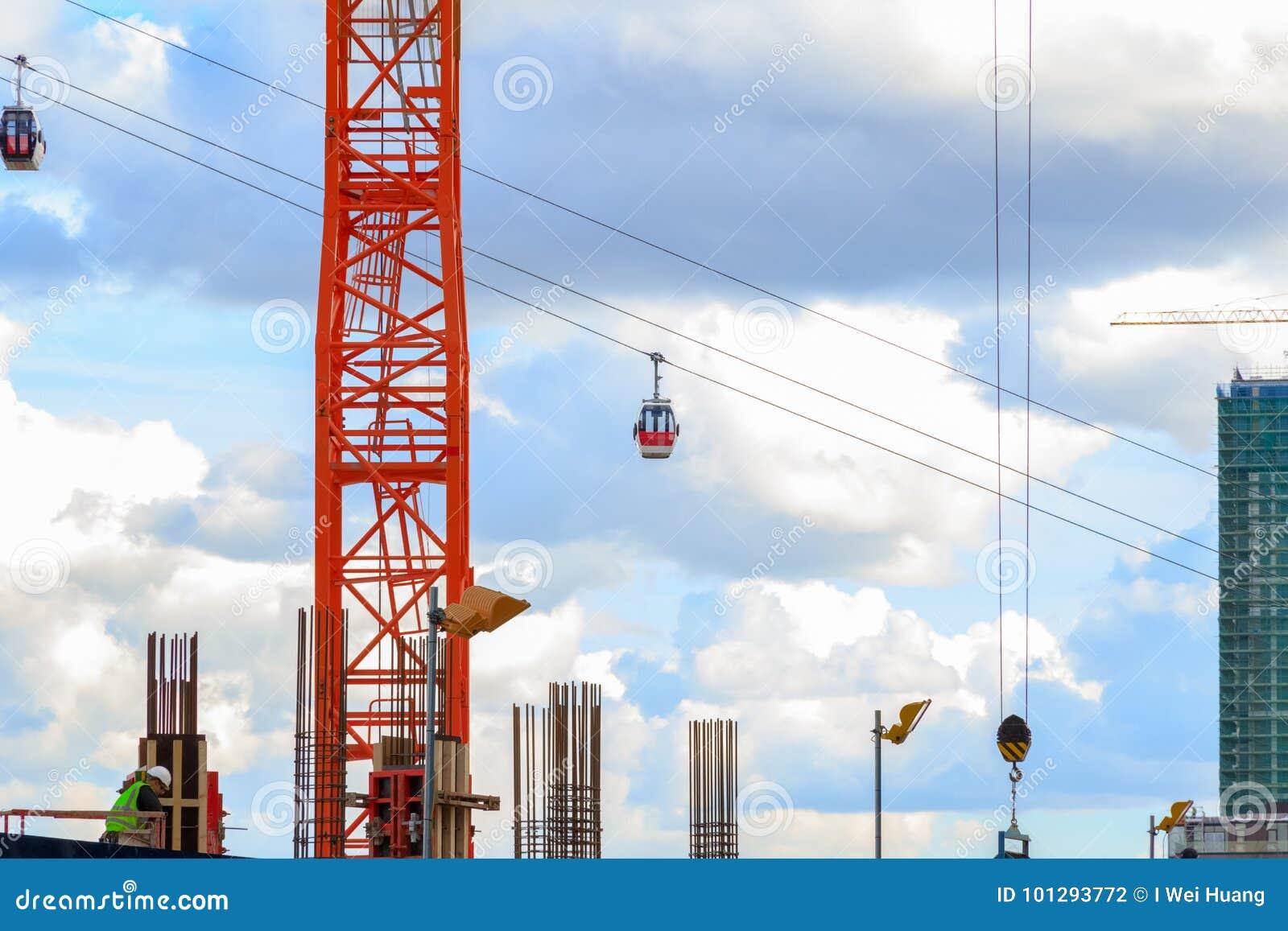 O teleférico de Londres visto através de uma construção da novidade senta-se