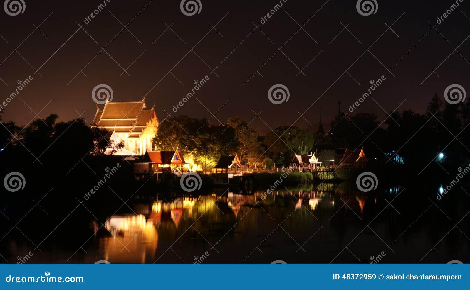 O templo é beira-rio próximo em Ayuttaya em Tailândia