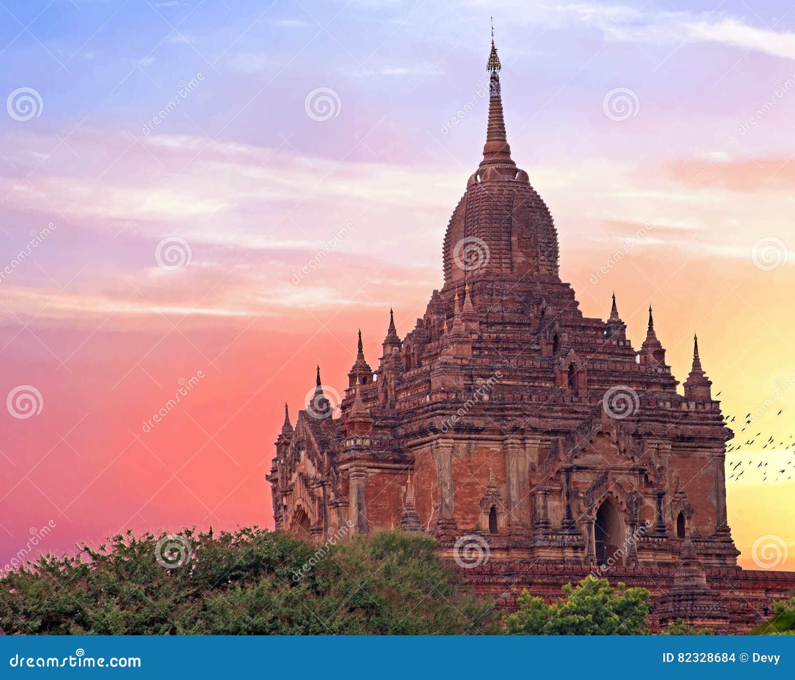 O templo de Sulamani em Bagan, Myanmar no por do sol