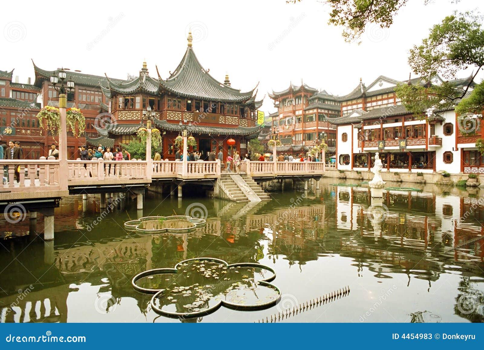 O templo do deus idoso da cidade em Shanghai