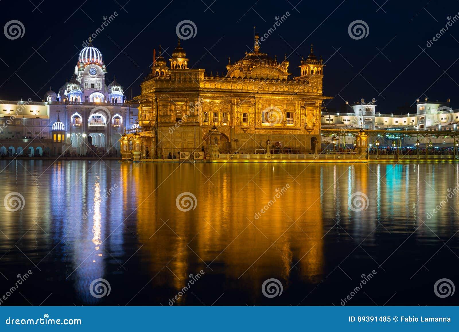 O templo dourado em Amritsar, em Punjab, em Índia, no ícone o mais sagrado e no lugar da adoração da religião sikh Iluminado na n
