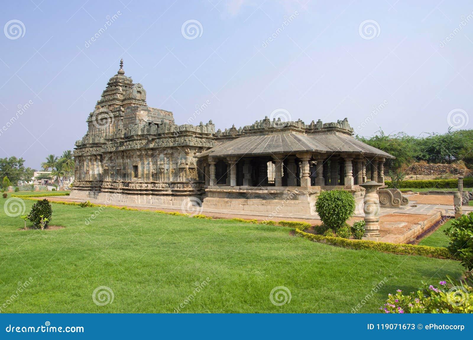 O templo Jain, igualmente conhecido como Brahma Jinalaya, Lakkundi, Karnataka, Índia
