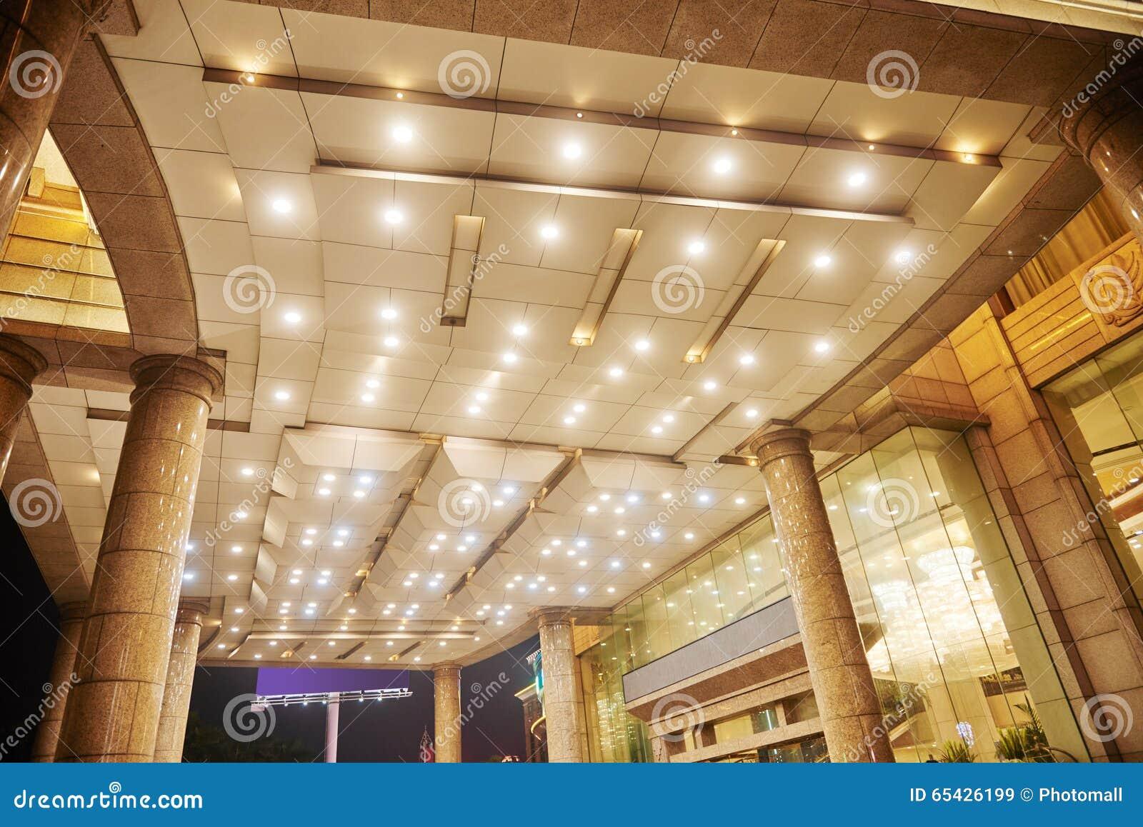 O teto do salão do hotel conduziu a iluminação