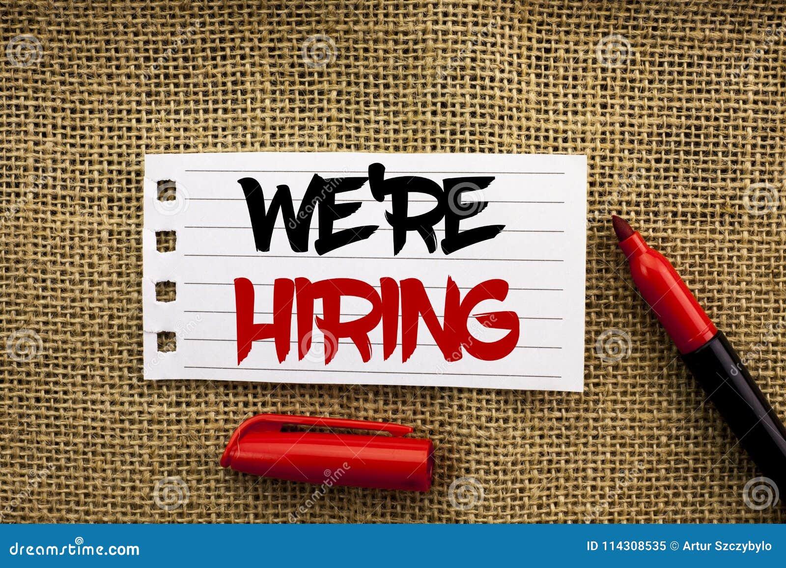 O texto da escrita da palavra estava contratando O conceito do negócio para recrutar contratando agora a vaga do recrutamento anu