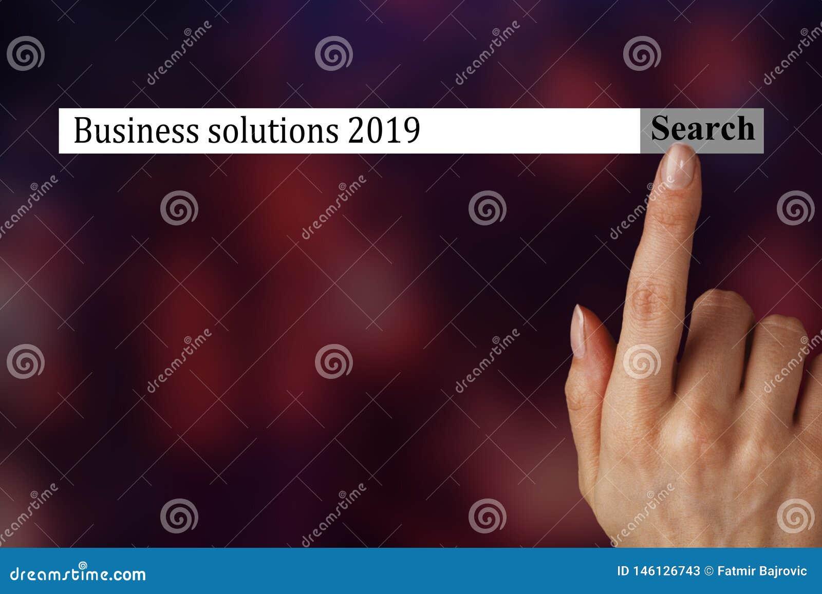 O texto no navegador mostra 'as soluções 2019 do negócio ' Uma m?o da mulher mostra os termos que voc? deve investigar em 2019