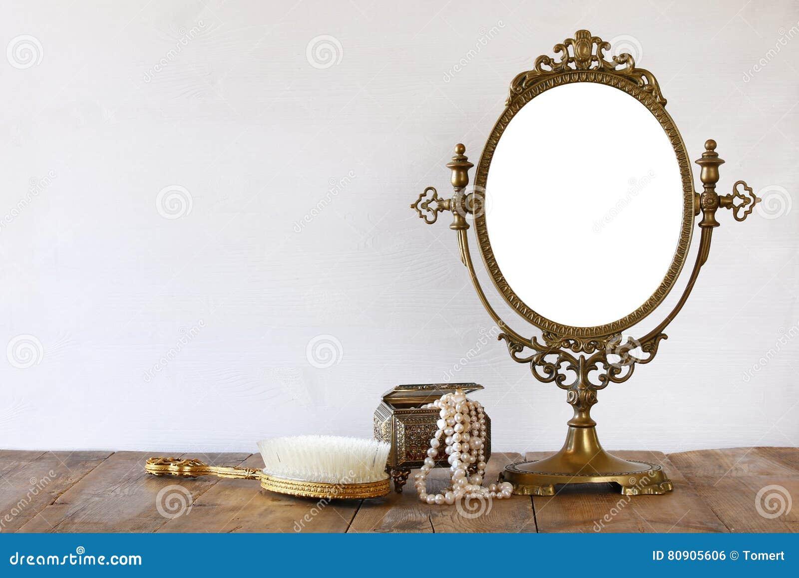 o toalete oval do espelho e da mulher do vintage velho forma objetos foto de stock