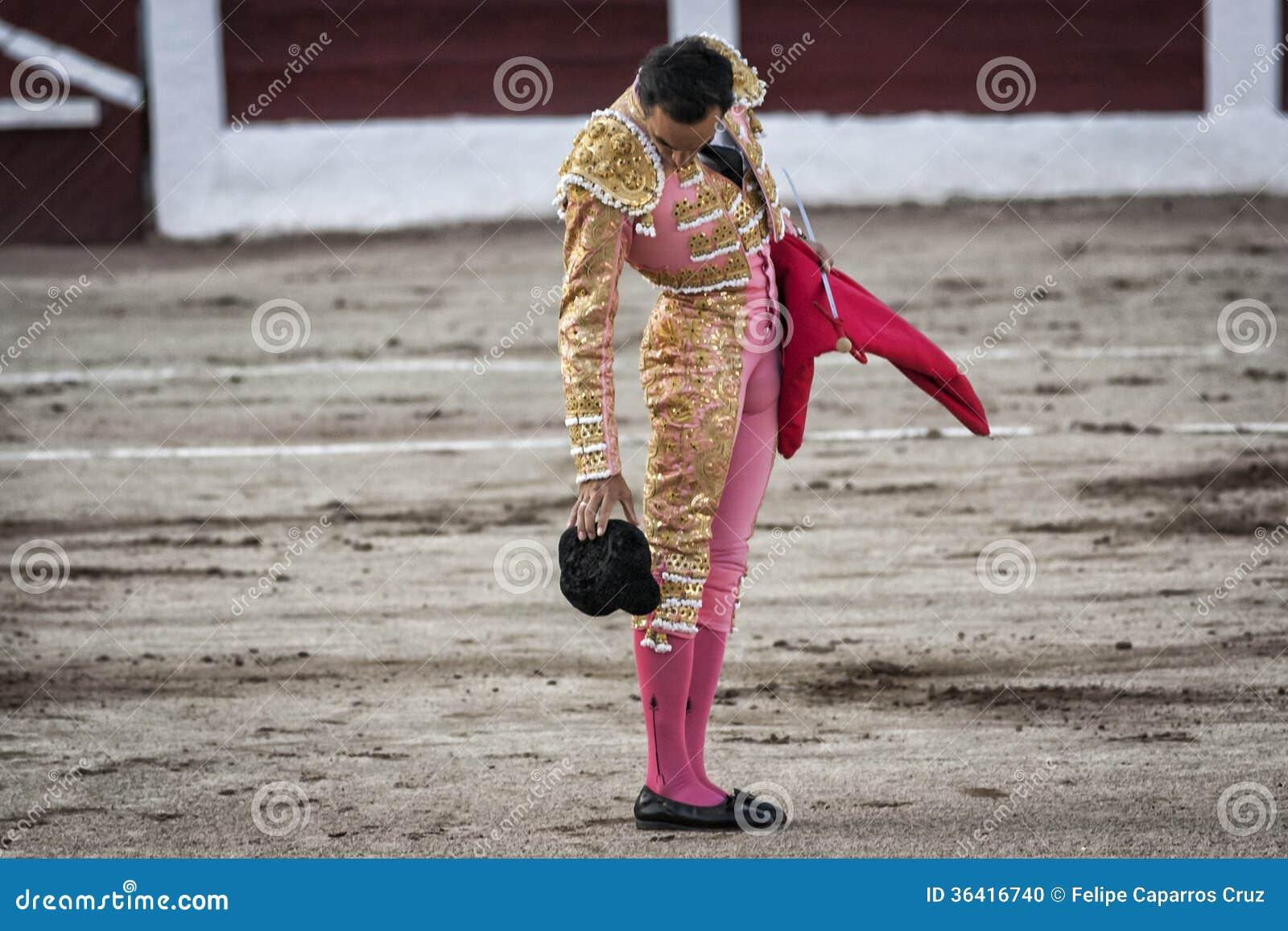 O toureiro espanhol Manuel Jesus El Cid deixa cair seu chapéu na terra 8dce7a1d558
