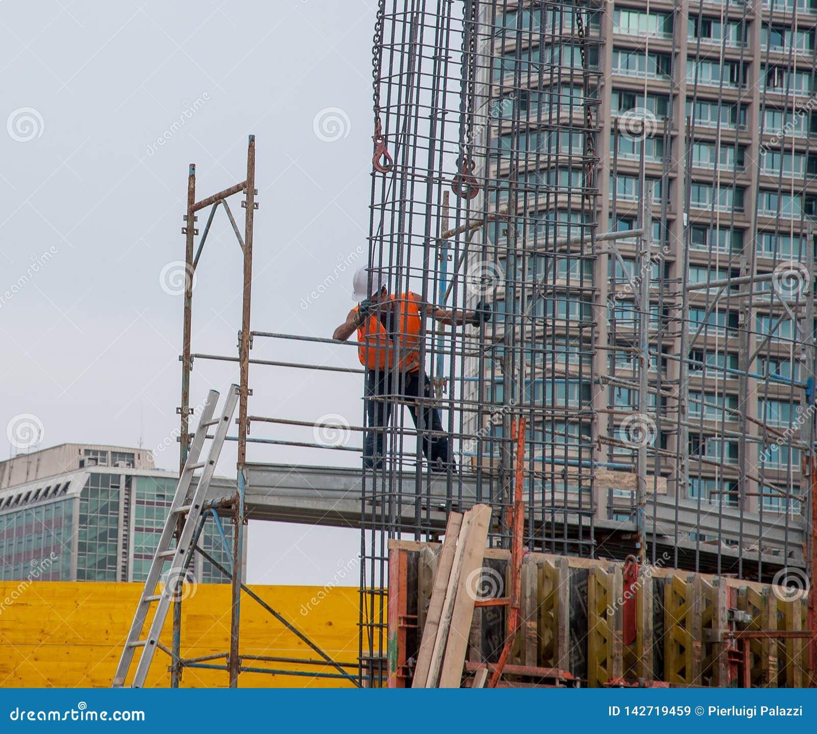 O trabalhador prepara a armadura para o concreto reforçado