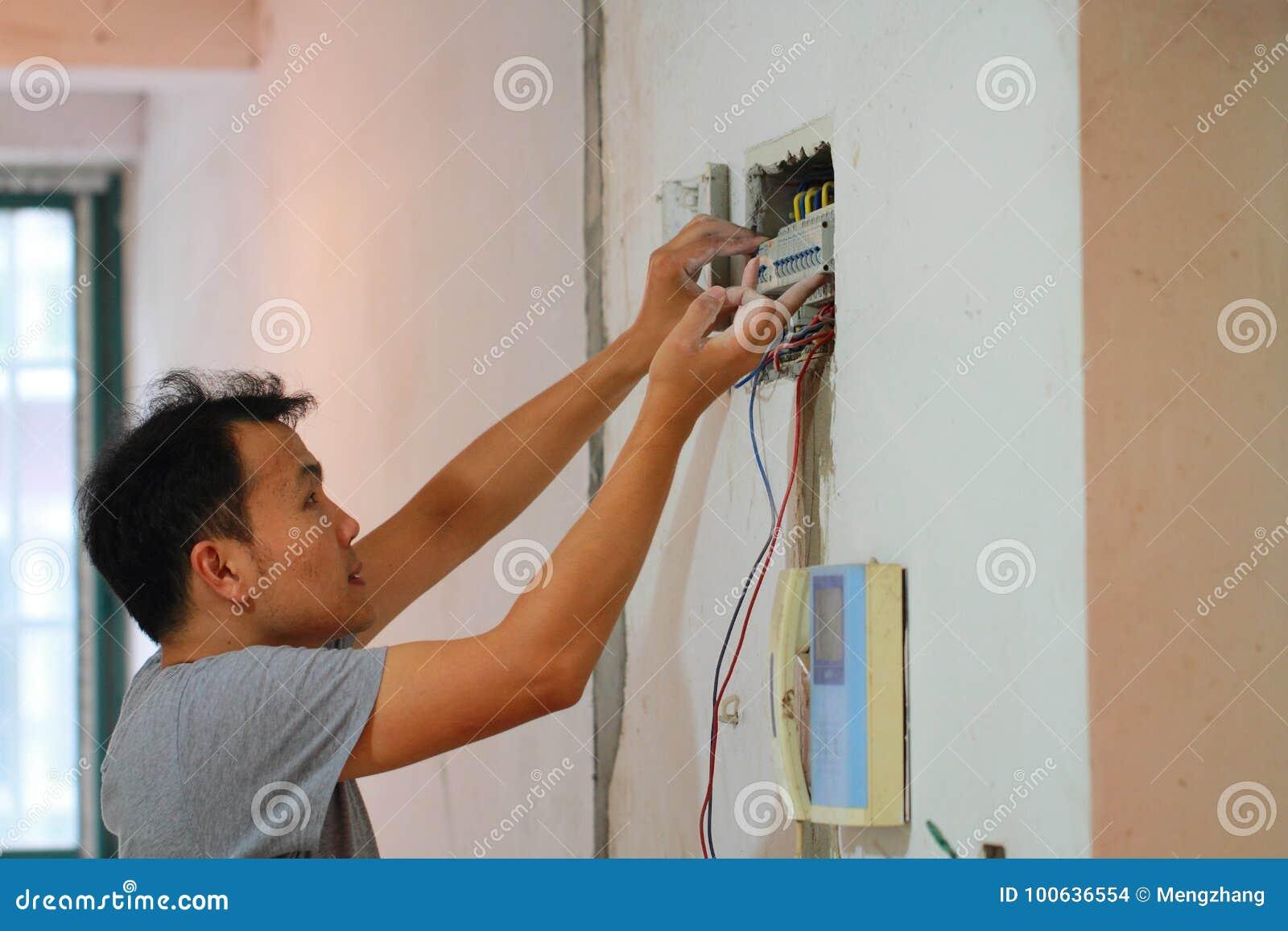 O trabalho de renovação bonde, homem instala o equipamento bonde industrial