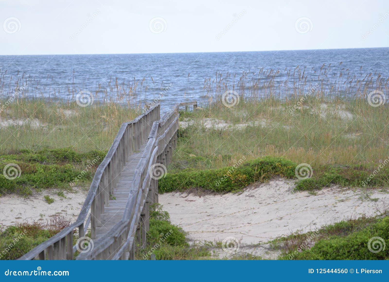 O trajeto através da duna arenosa é facilitado muito com um passeio à beira mar longo