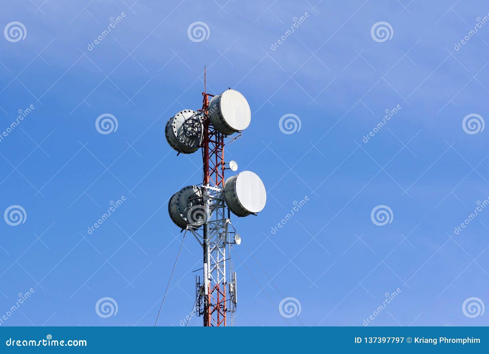 O transmissor da micro-ondas em telecomunicações eleva-se