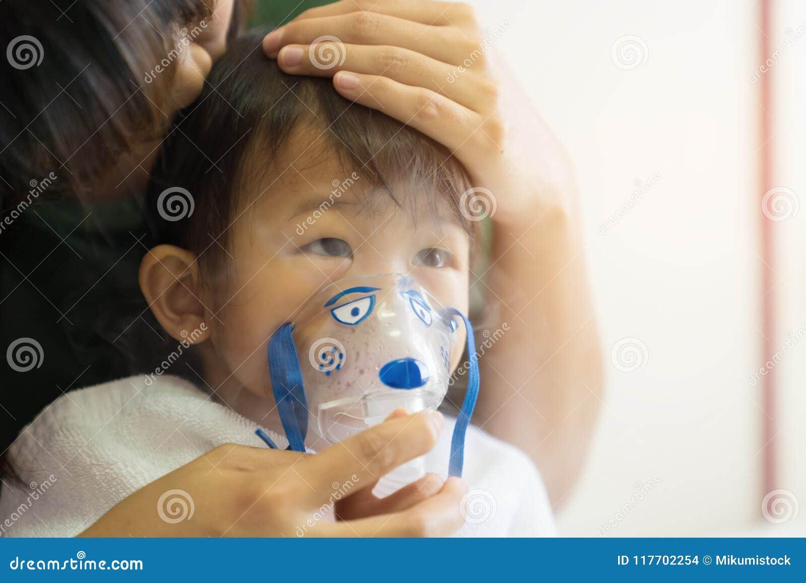 O tratamento de respiração do bebê asiático com mãe ciao, no ro