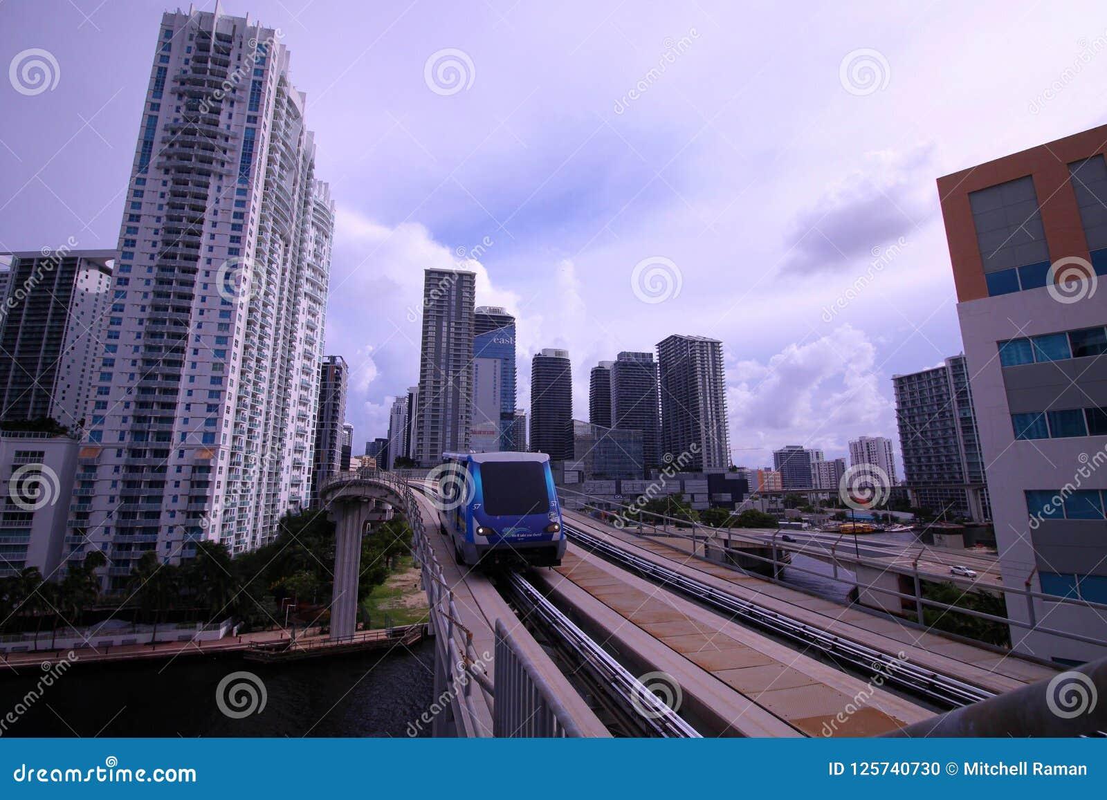 O trem de canela bonde do motor de Motro que vem para baixo as trilhas de Brickell em Miami