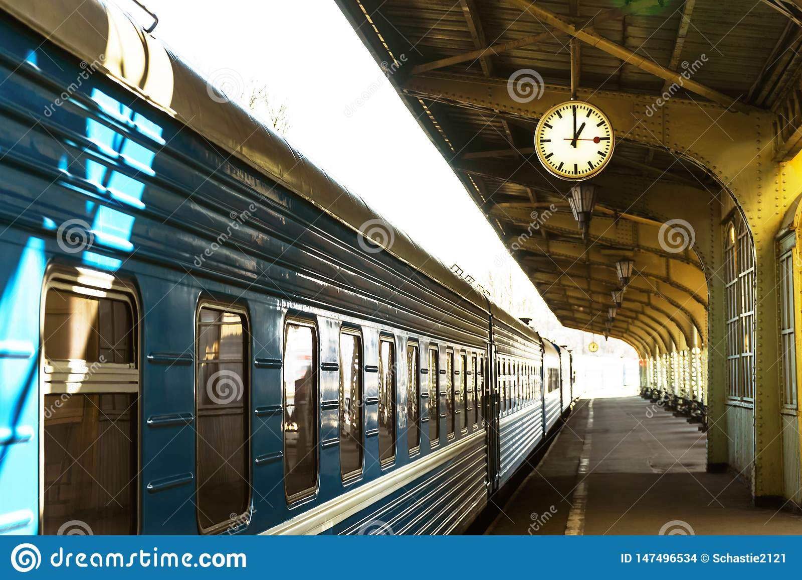 O trem está na plataforma da estação Pulso de disparo da esta??o