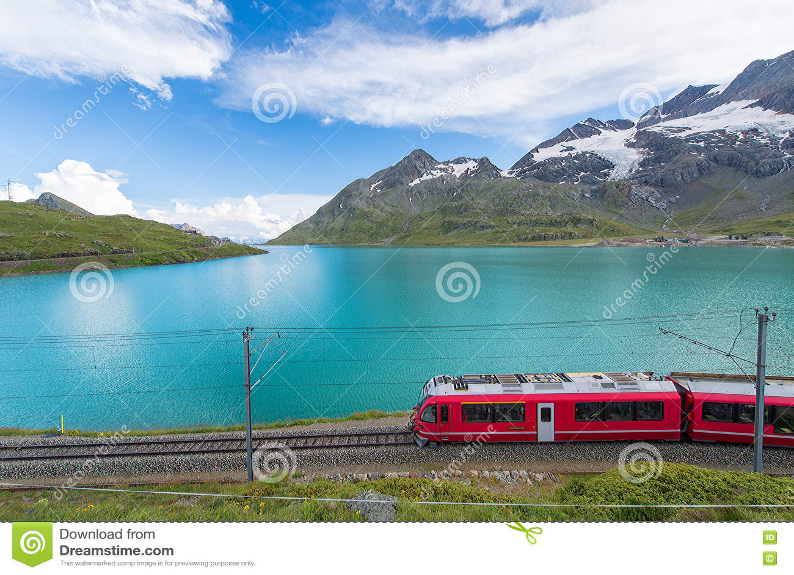 O trem vermelho nas montanhas altas dos cumes suíços passa perto da