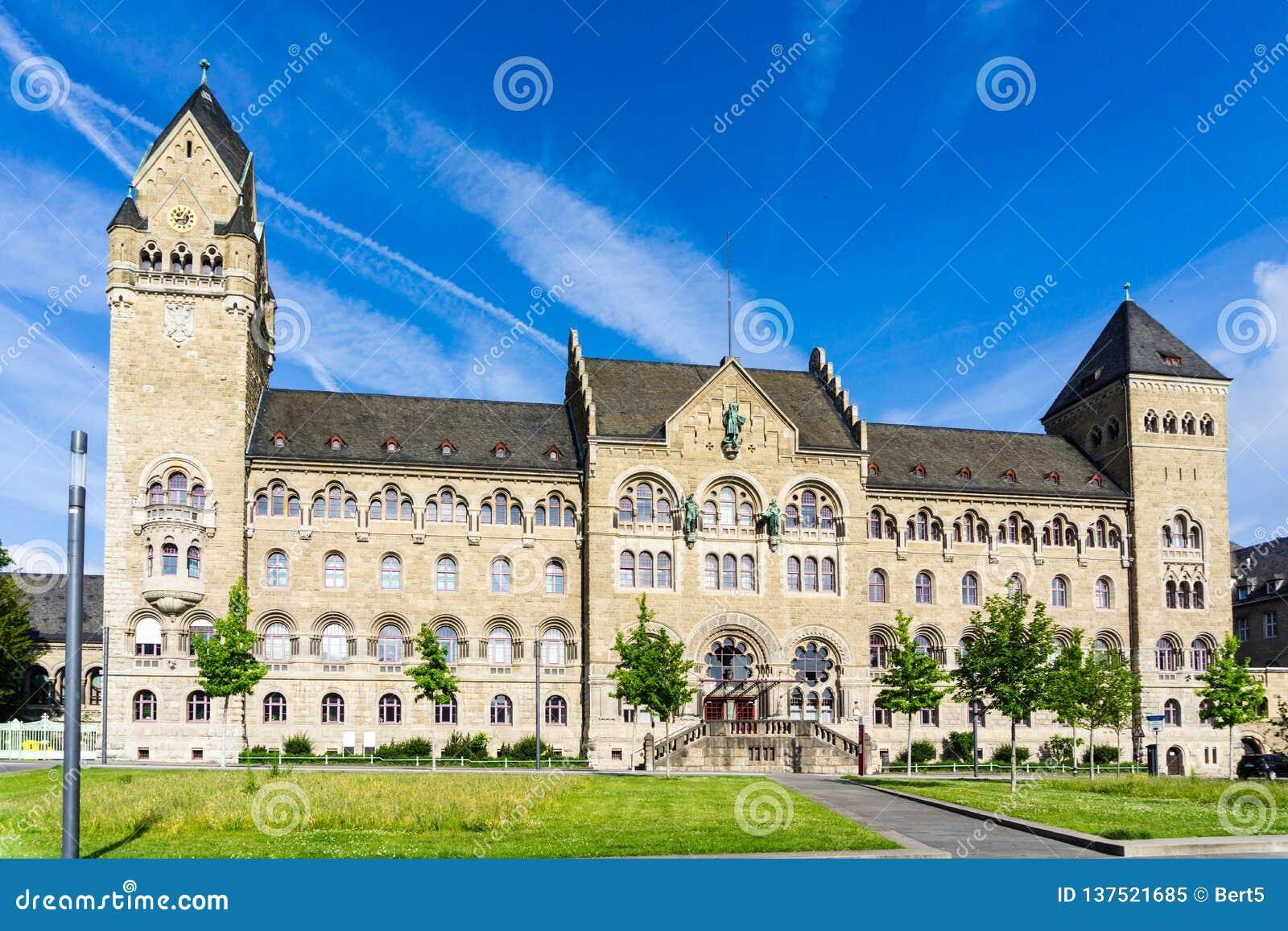 O tribunal de comarca mais alto de Koblenz no céu azul
