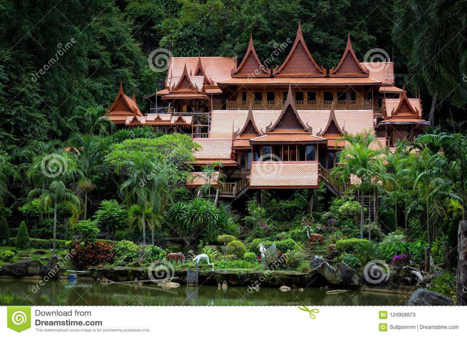 O turismo da cultura de madeira velho de Tailândia Wat Tham Khao Wong