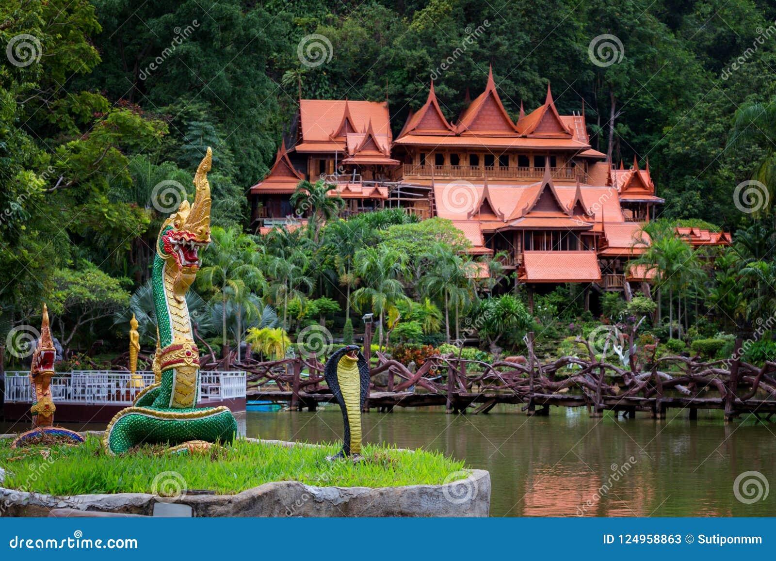 O turismo da cultura do templo de madeira velho de Tailândia Wat Tham Khao Wong