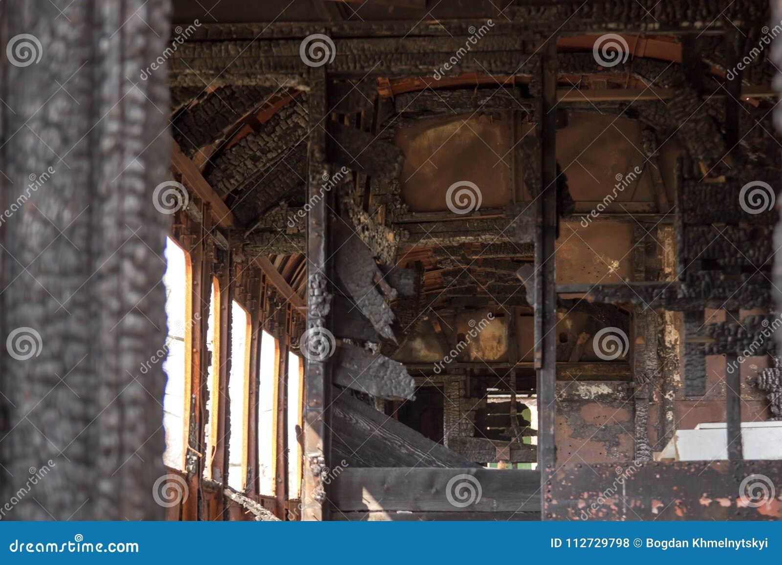 O vagão do trem queimado do interior