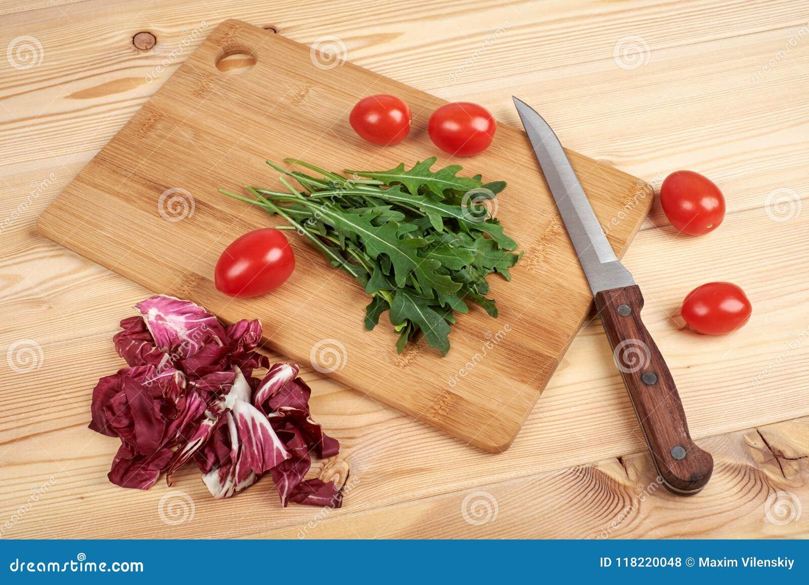 O vegetal e a salada ajustaram-se para um estilo de vida dietético saudável em uma placa de corte