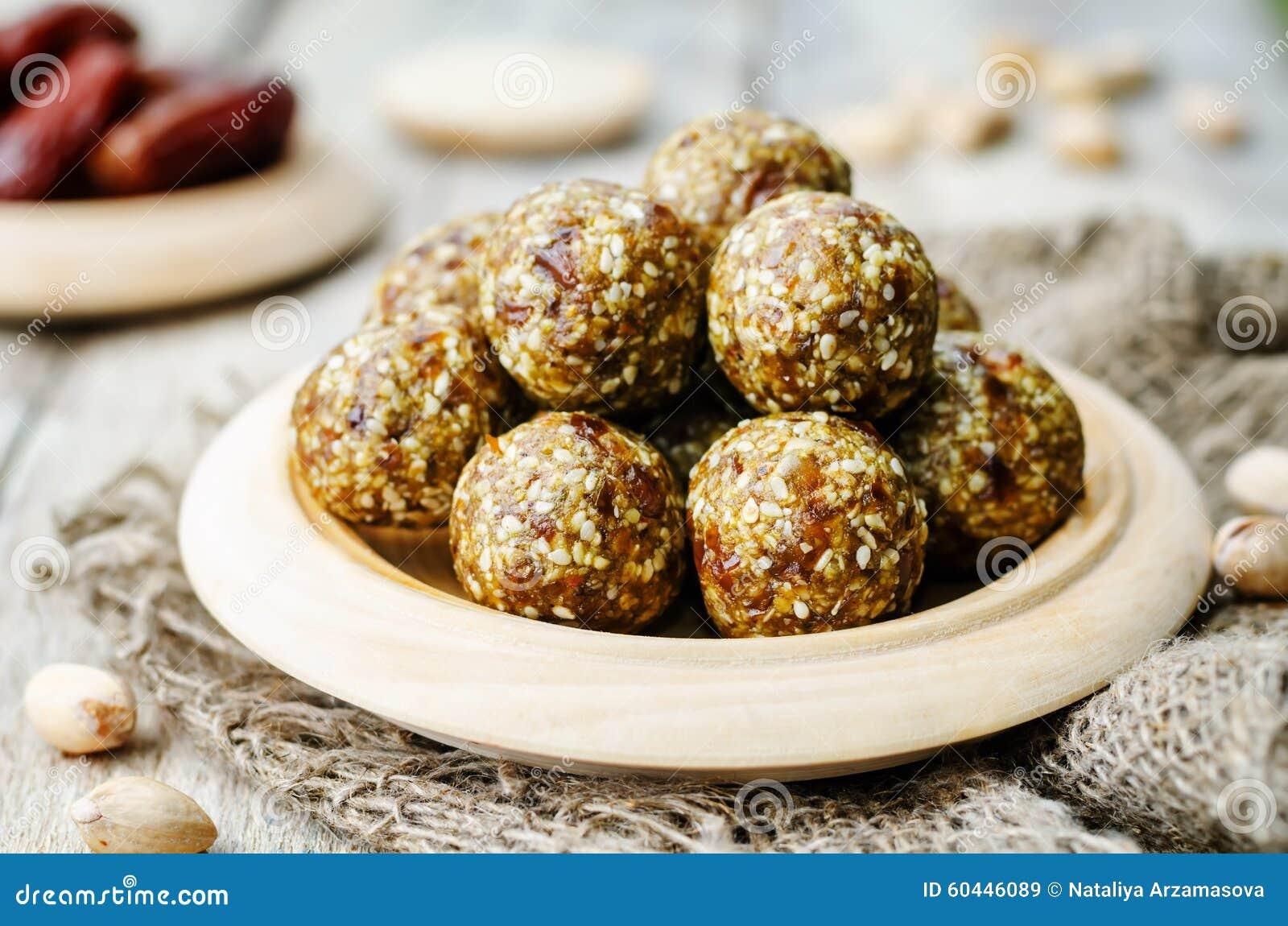 O vegetariano cru data bolas do pistache do sésamo