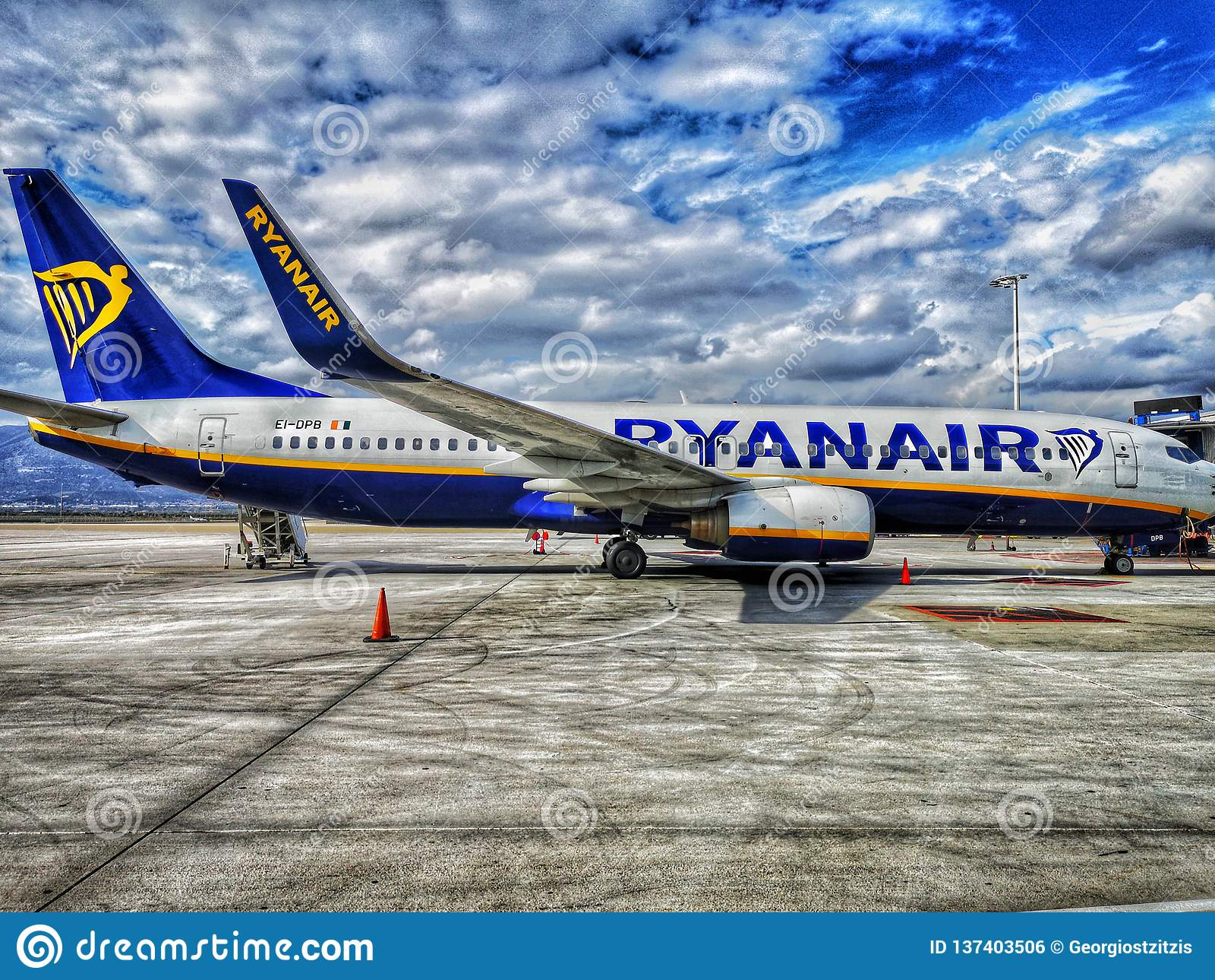 O venizelo dos eleytherios do aeroporto de Atenas, plano de ryanair, é estacionado