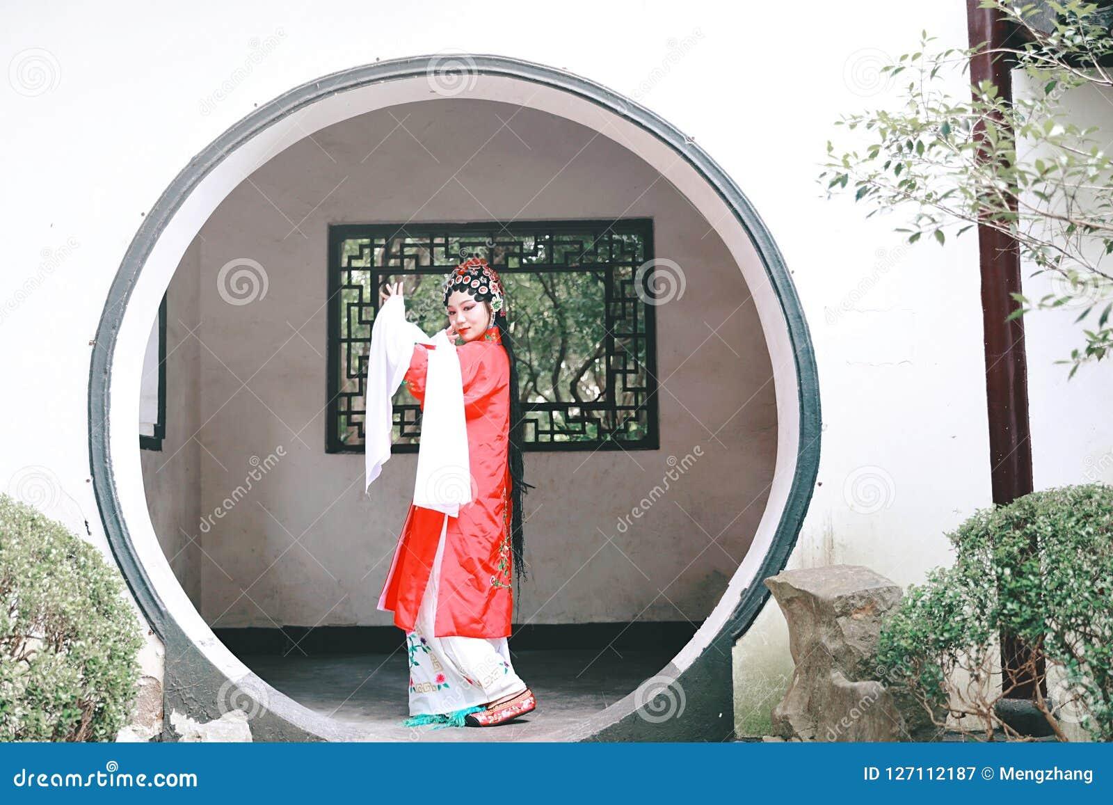 O vestido tradicional do jogo do drama de China do jardim chinês oriental do pavilhão dos trajes de Opera de Pequim de Peking da
