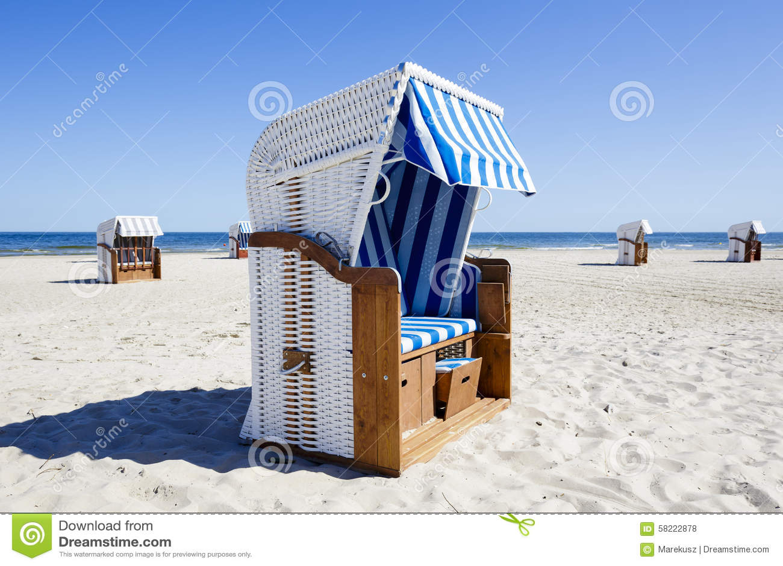 Vime Telhou Cadeiras De Praia No Litoral Foto de Stock Imagem  #265EA5 1300x957