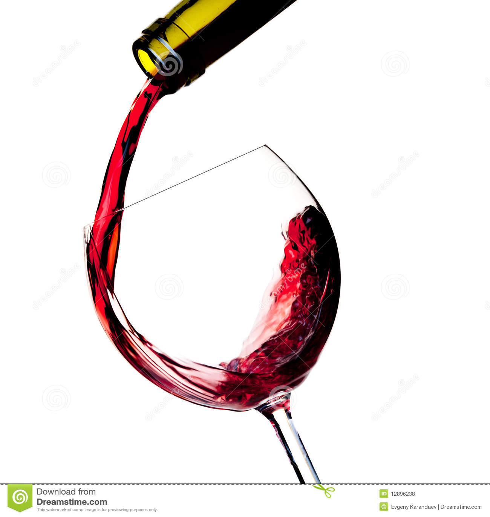 O vinho vermelho é derramado em um vidro