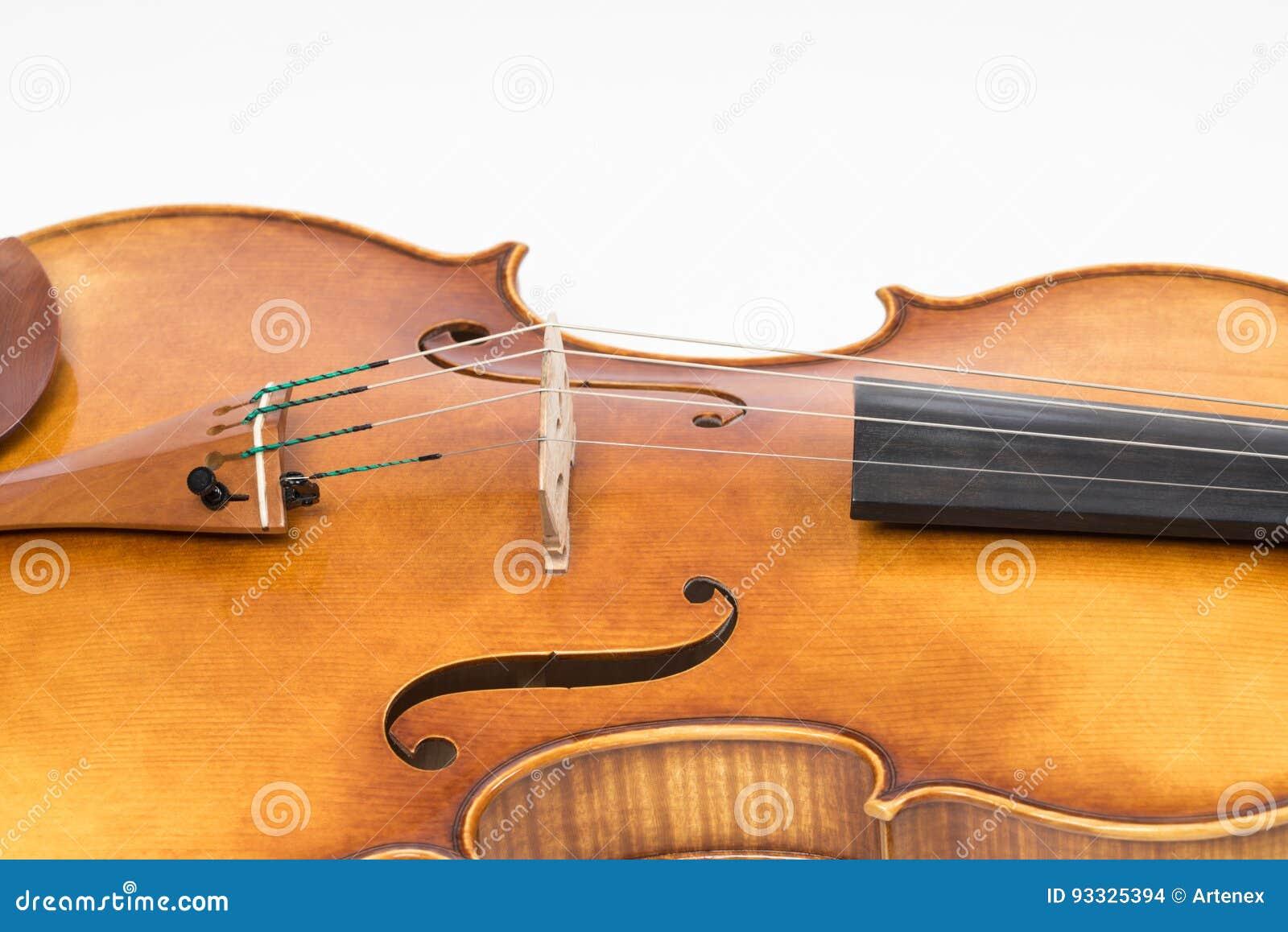 O violino velho, isolado no fundo branco Viola, instrumento para a música