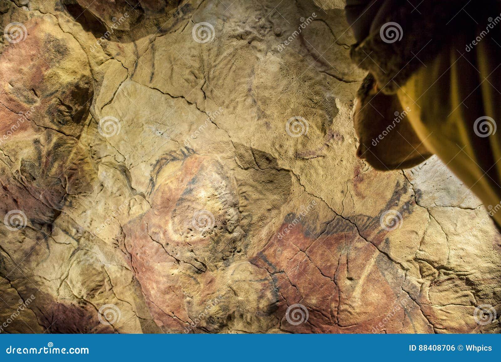 O visitante contempla a caverna da réplica de Altamira em Arche nacional