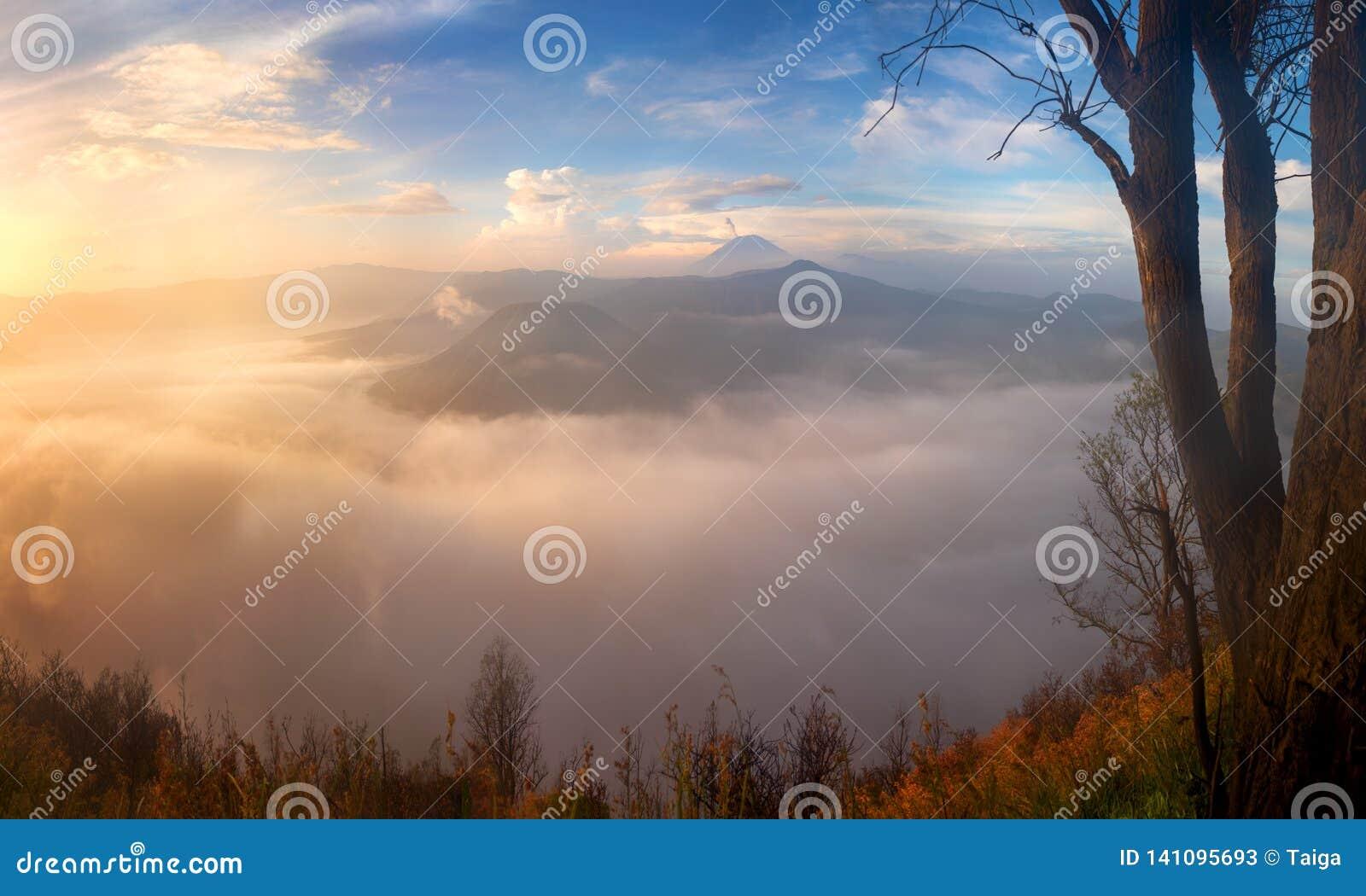 O vulcão no nascer do sol, montanhas de Bromo ajardina