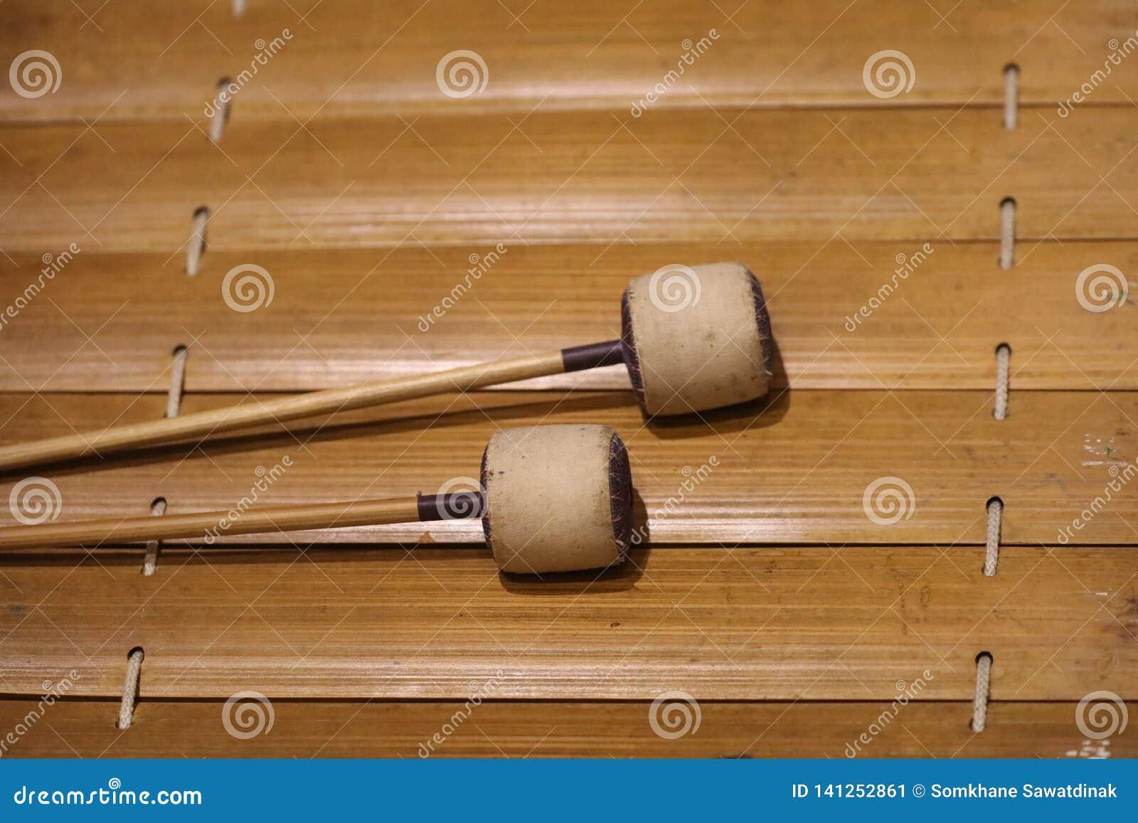 O xilofone é um instrumento musical na família da percussão que consiste em barras de madeira