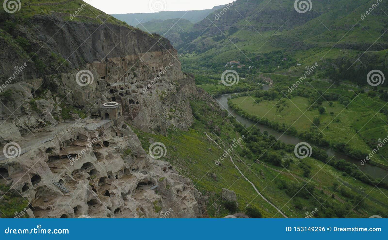O zangão dispara para cavernas velhas da montanha