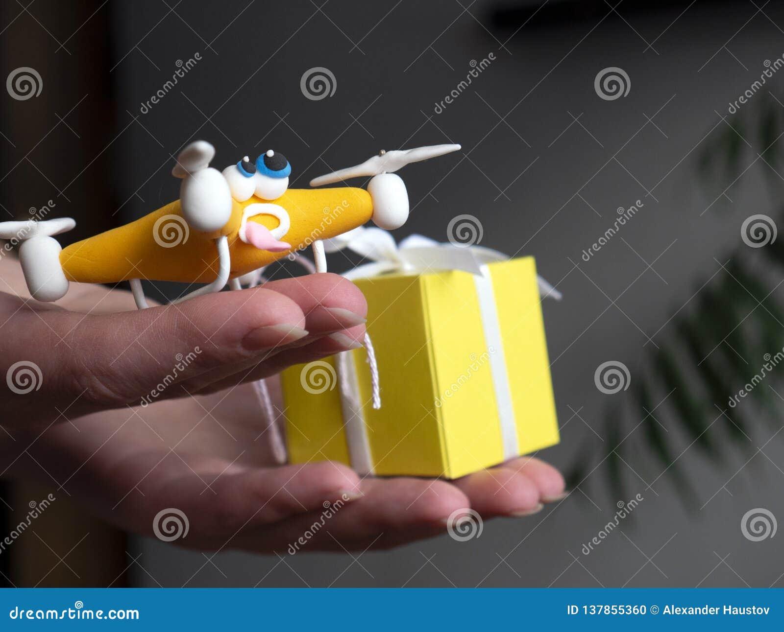 O zangão perto acima do quadrocopter com o pacote tired