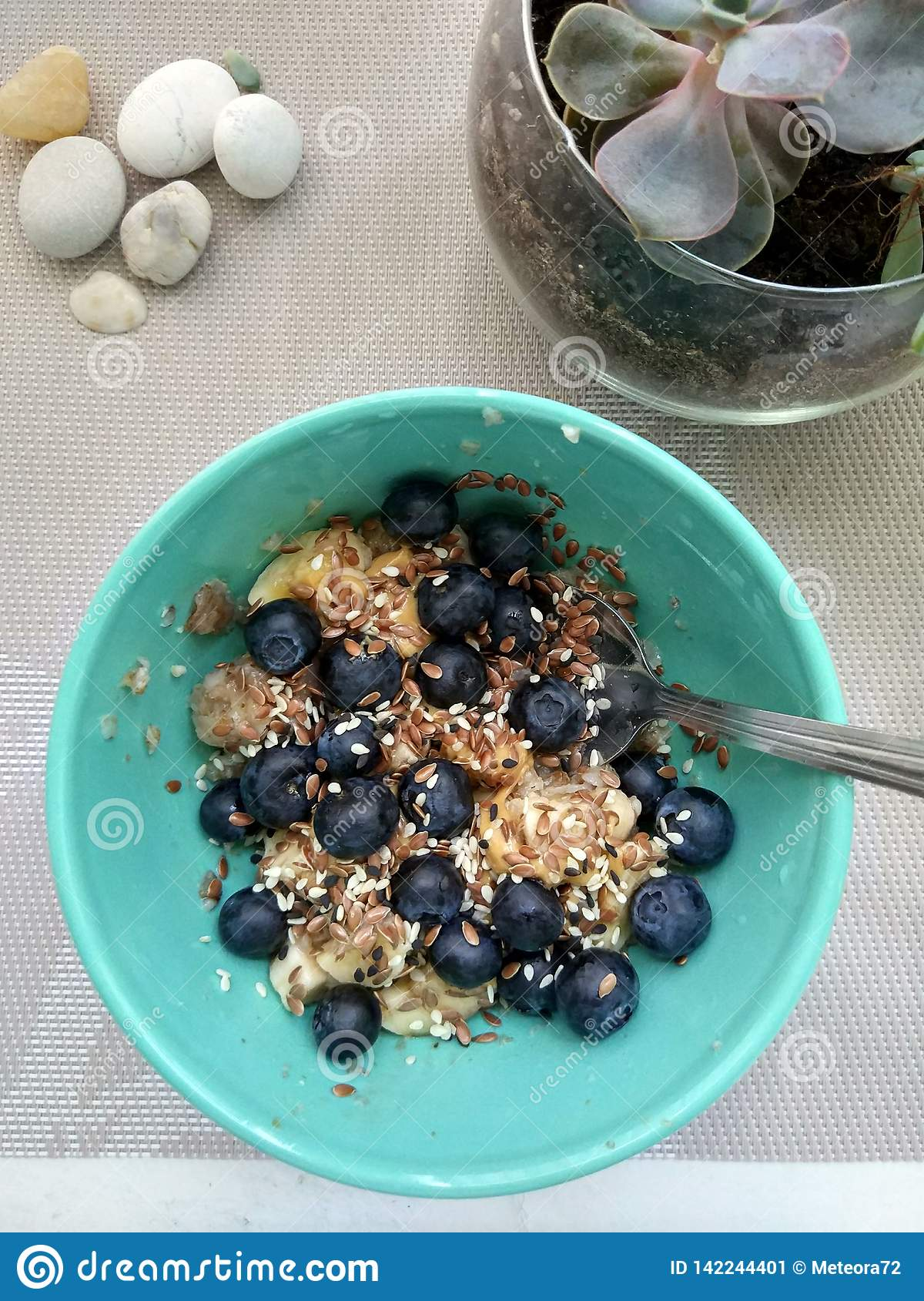 Oat breakfast with banana, blueberries and flax-seed