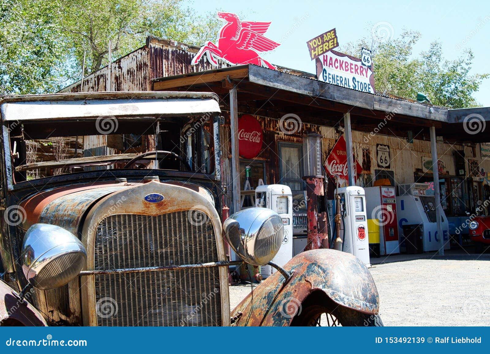 OATMAN O ARIZONA, EUA - 7 DE AGOSTO 2009: Vista no carro clássico oxidado velho de Ford na frente do posto de gasolina histórico