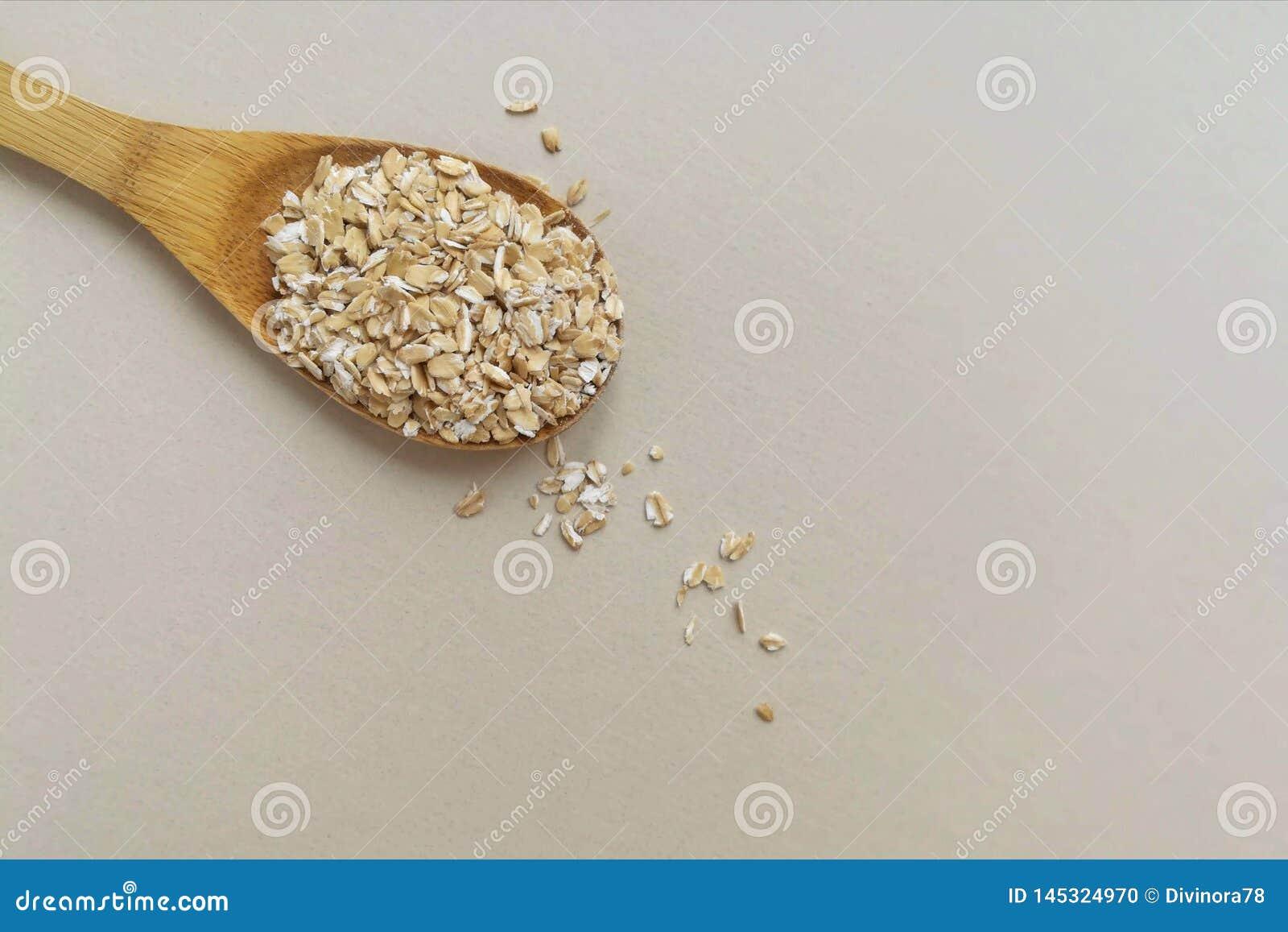 Oatmeal em uma colher de madeira