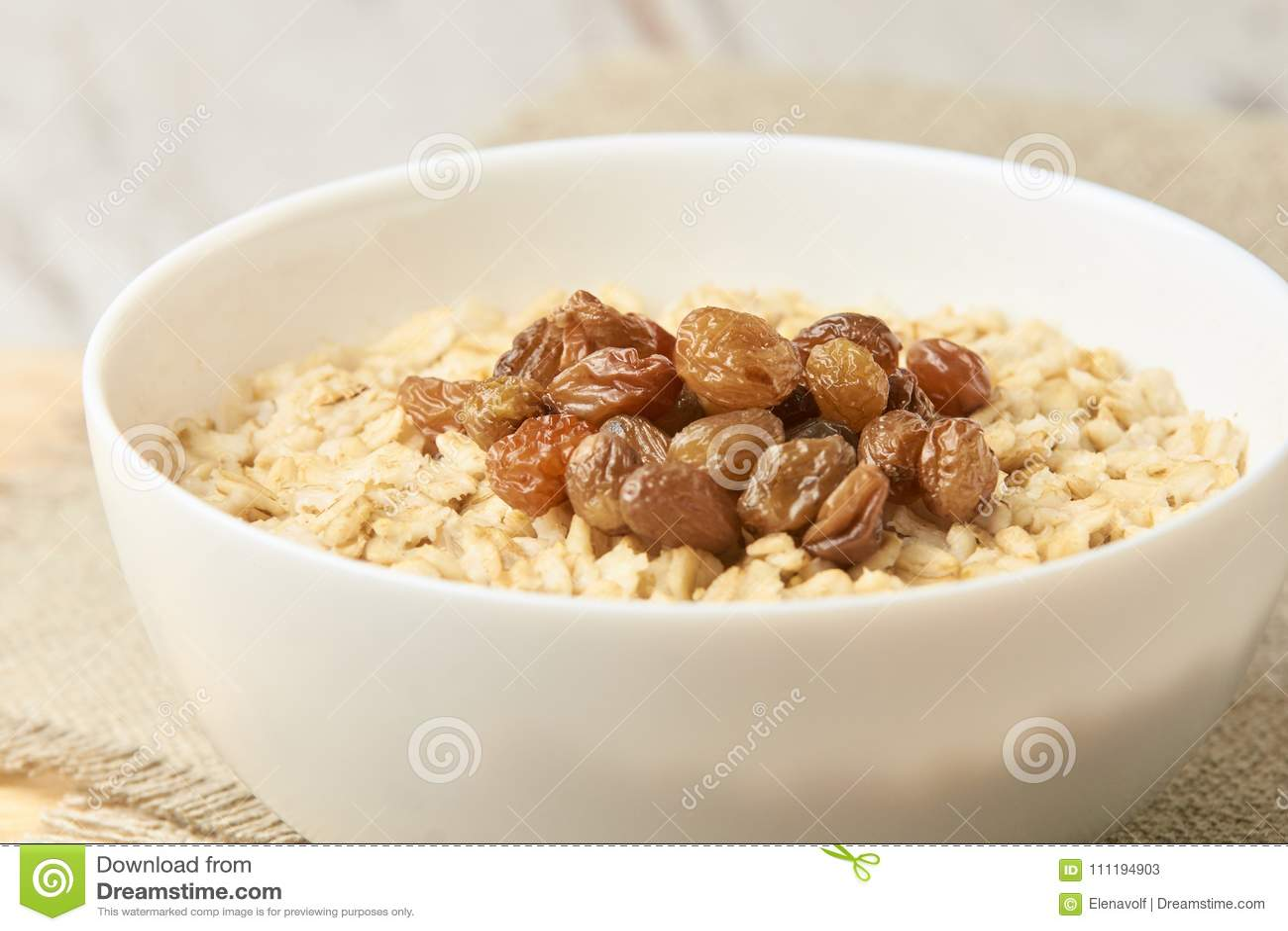 Oatmeal med russin Läcker sund frukostfrilägebakgrund