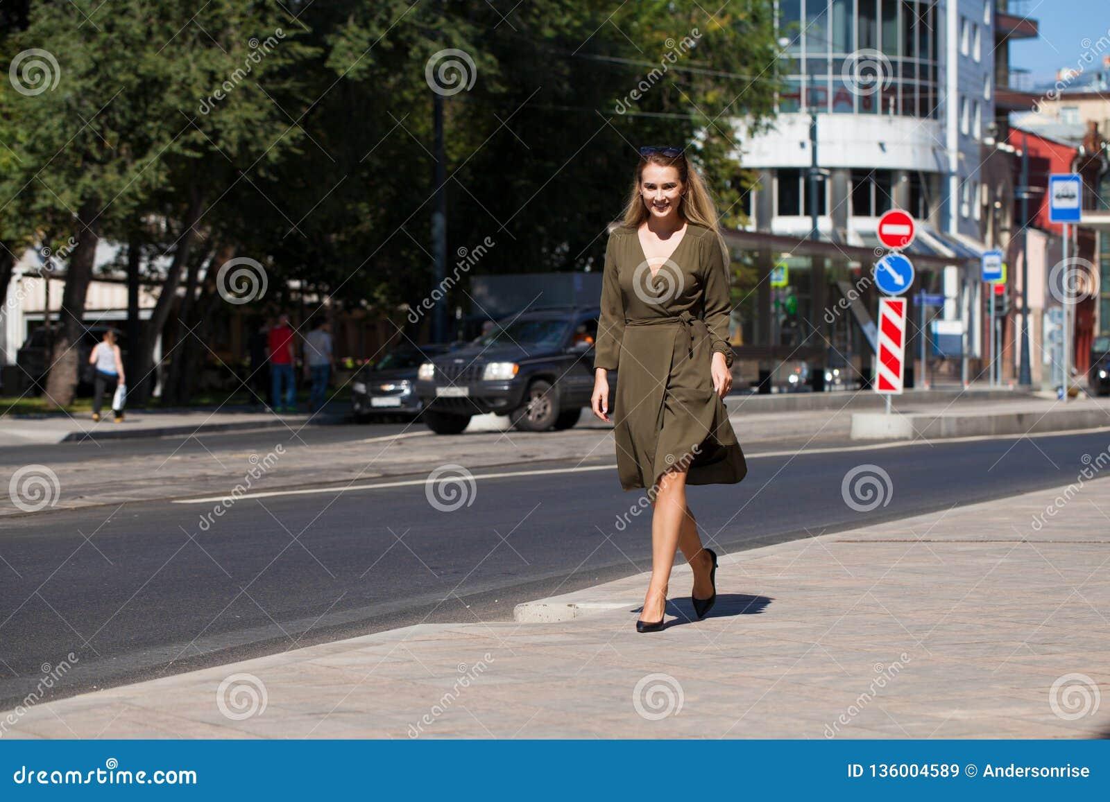 Oavkortad tillväxt för stående, ung härlig blond kvinna