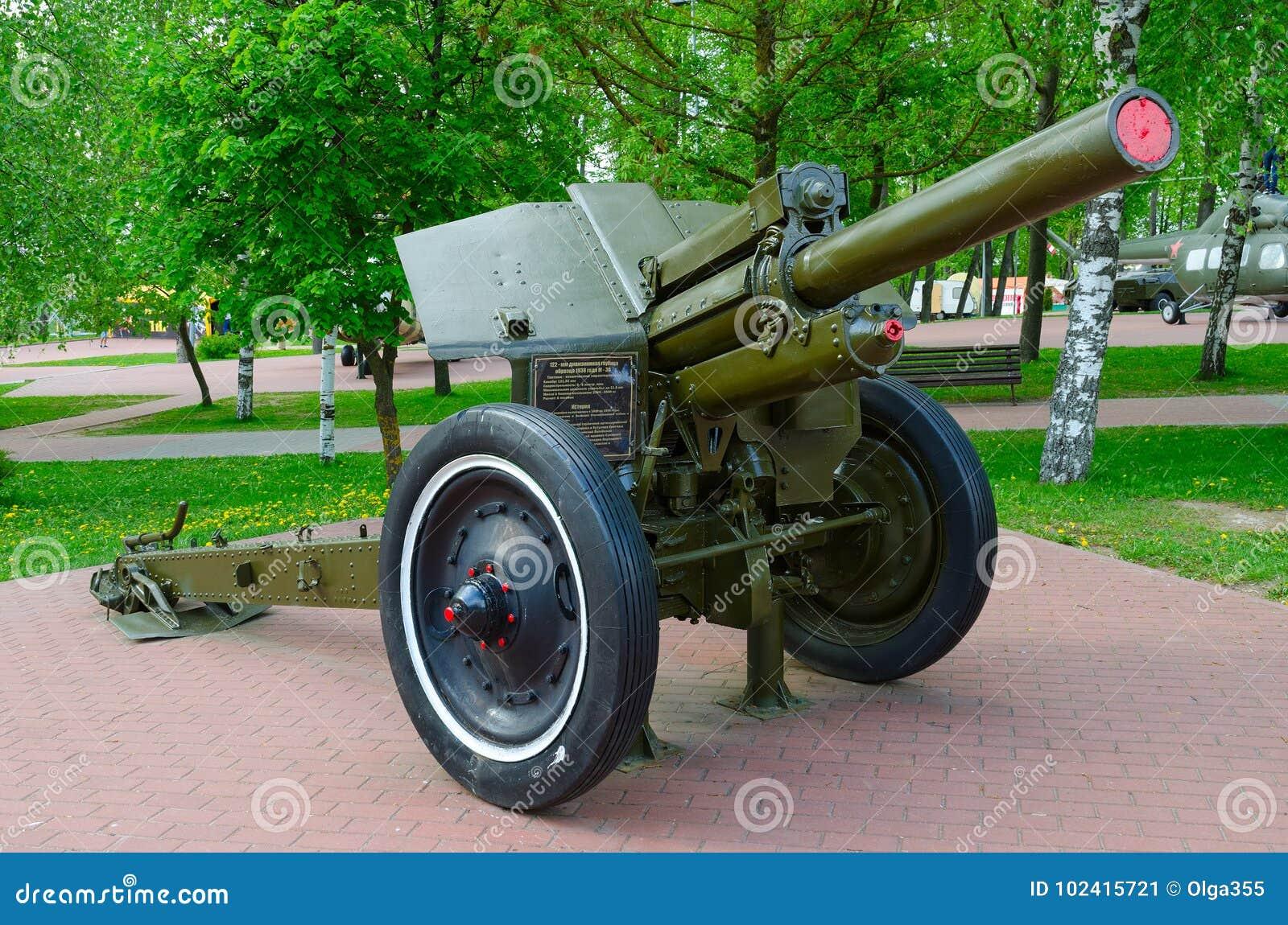 Obús divisional 122-milímetro de 1938 M-30 modelo en el callejón de la gloria militar en el parque de ganadores, Vitebsk, Bielorr