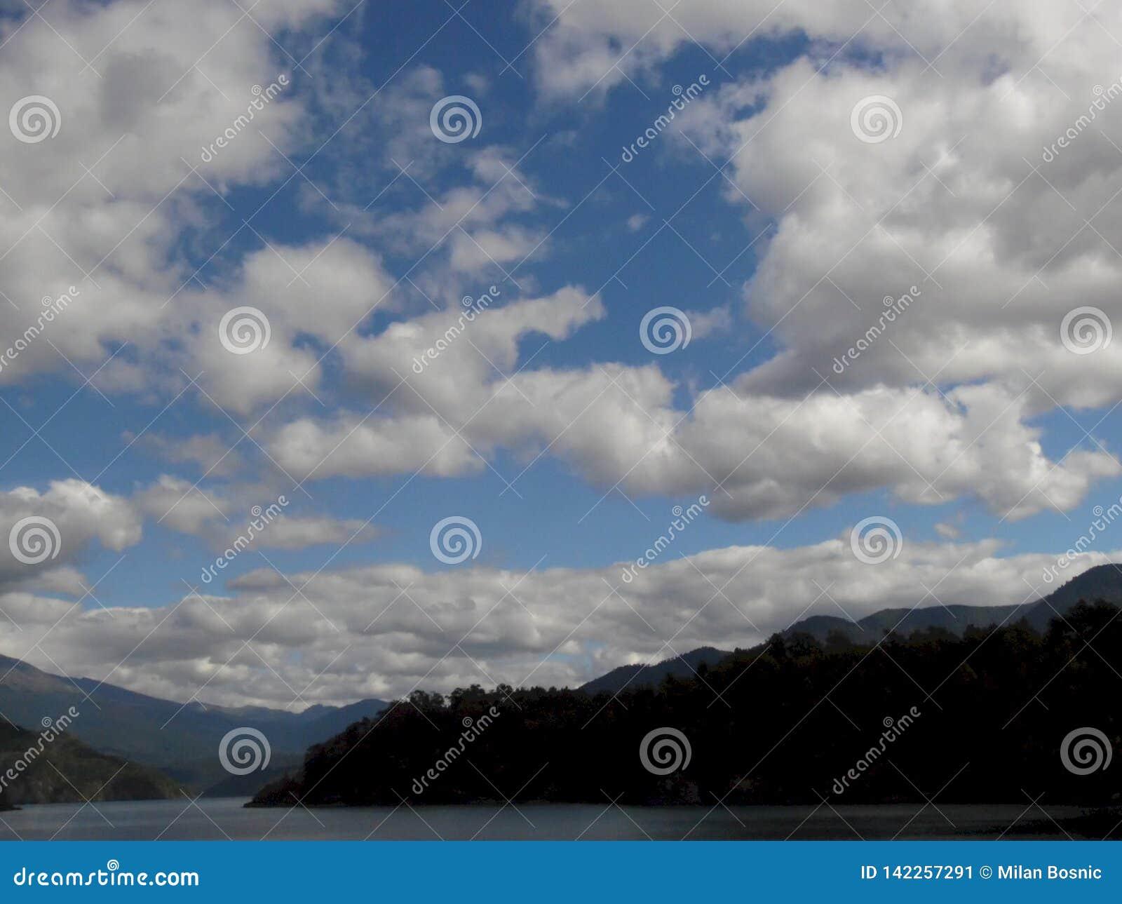 Obłoczna formacja nad Piękny jezioro w Chile