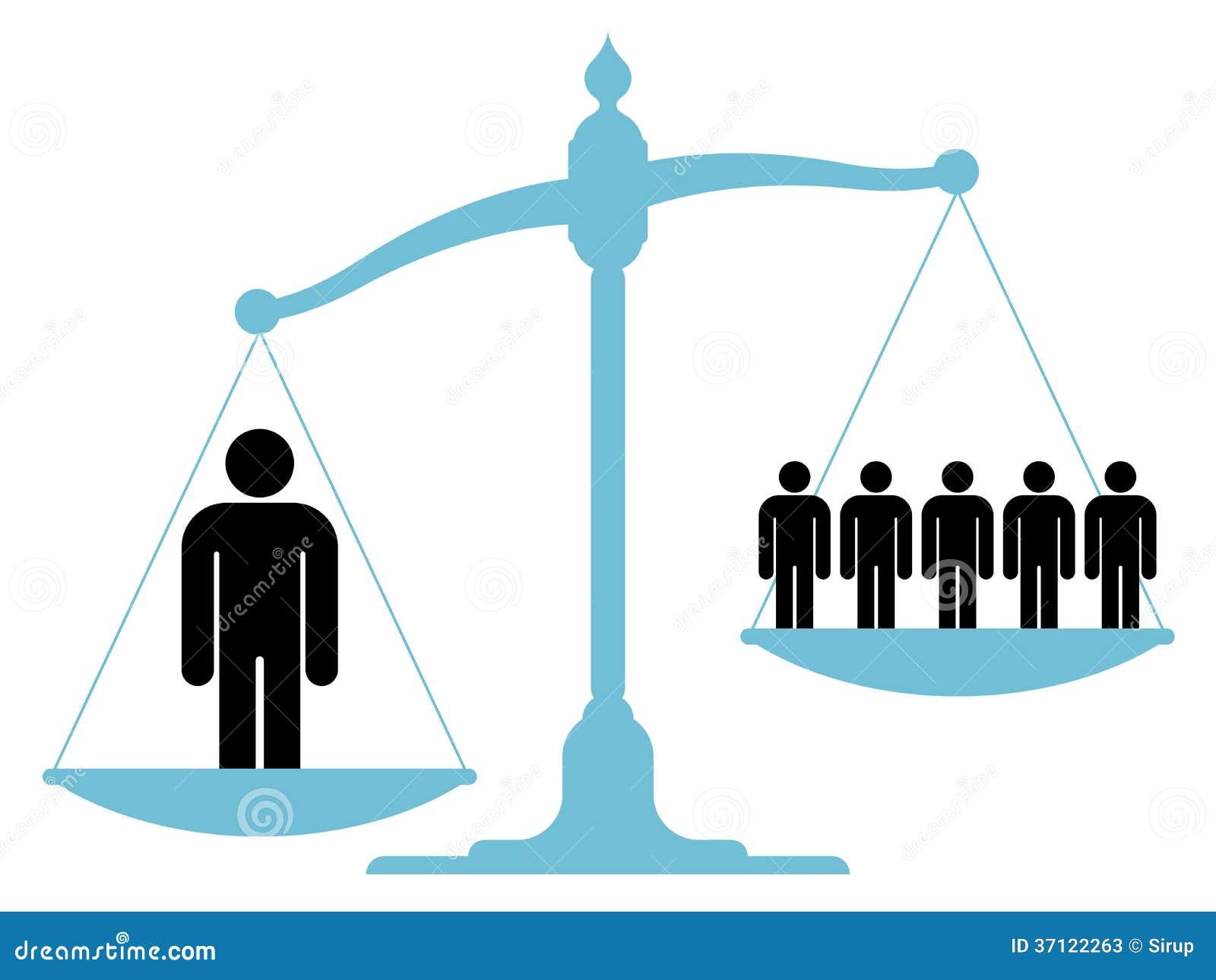 Obalanserad skala med en enkel man och en grupp