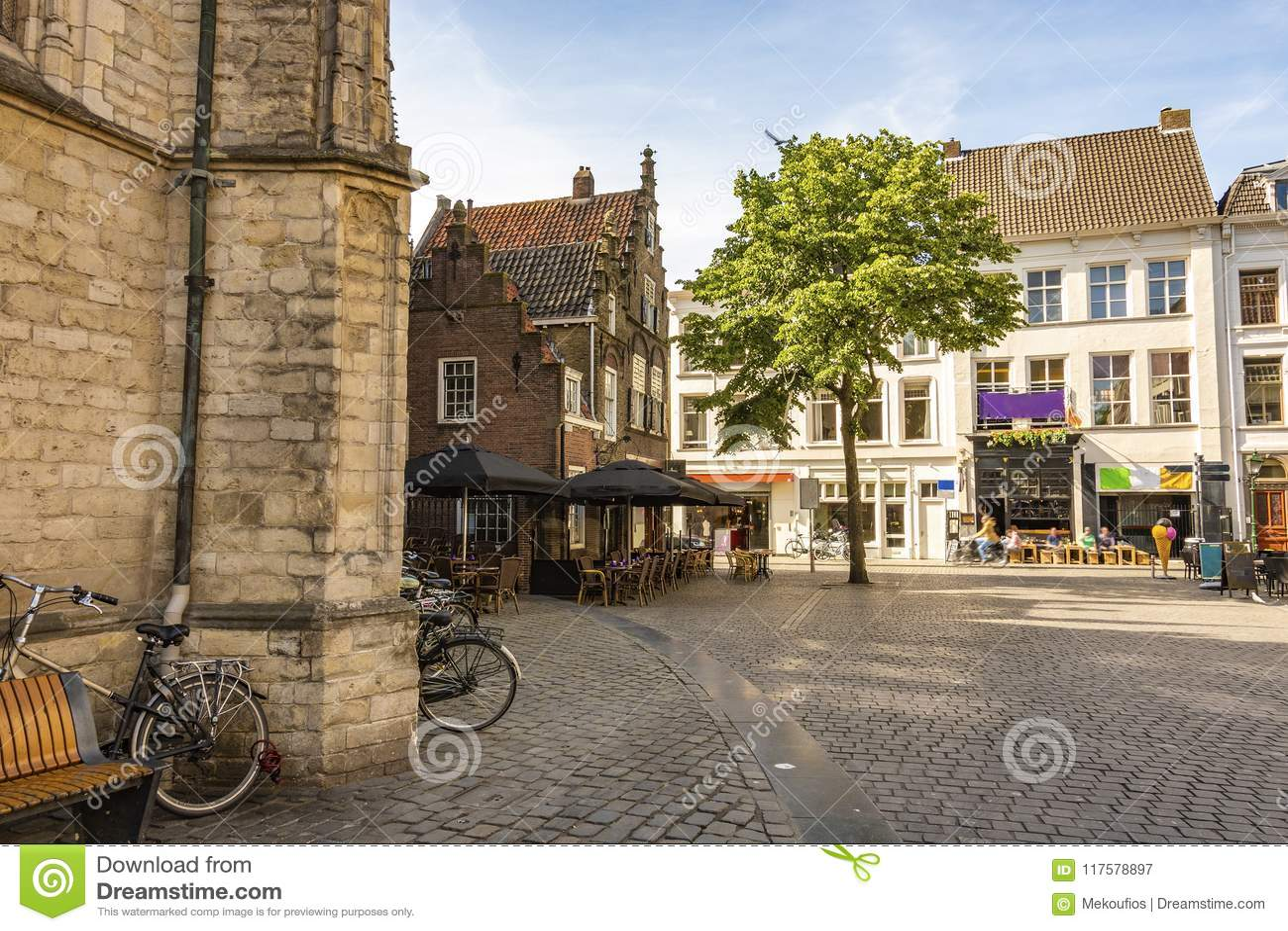 Obciosuje obok wielkiego kościół miasto Breda Holandii holandie