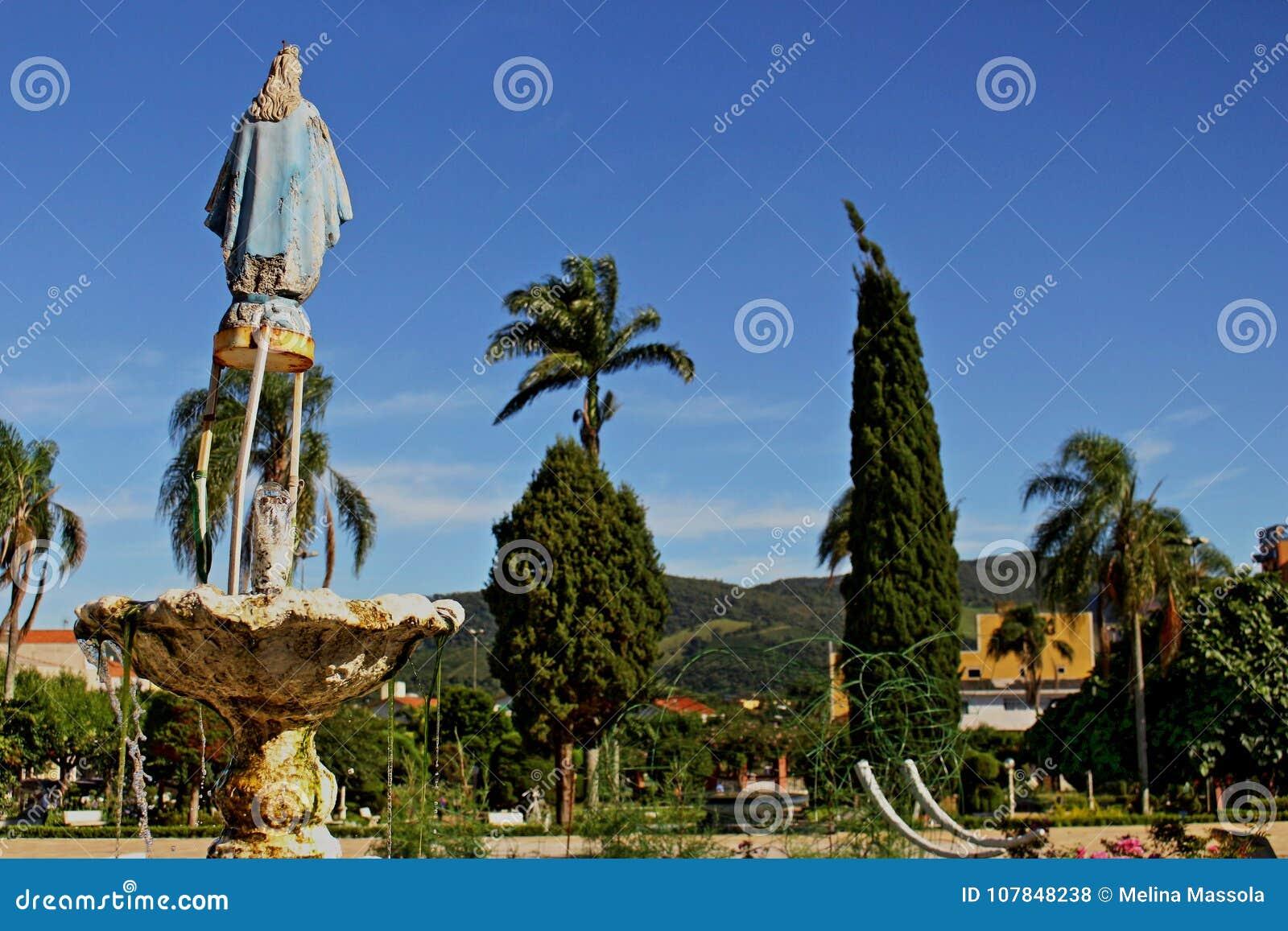 Obciosuje przy małym miastem w Brazylia, Monte MG