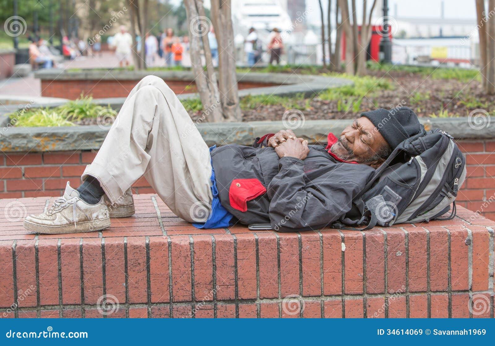 Obdachloses Mannschlafen des Afroamerikaners