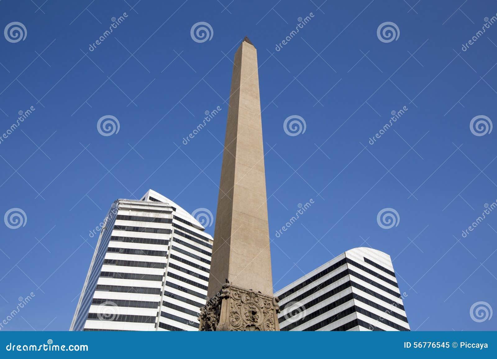 Obelisco y dos edificios modernos en la plaza Francia