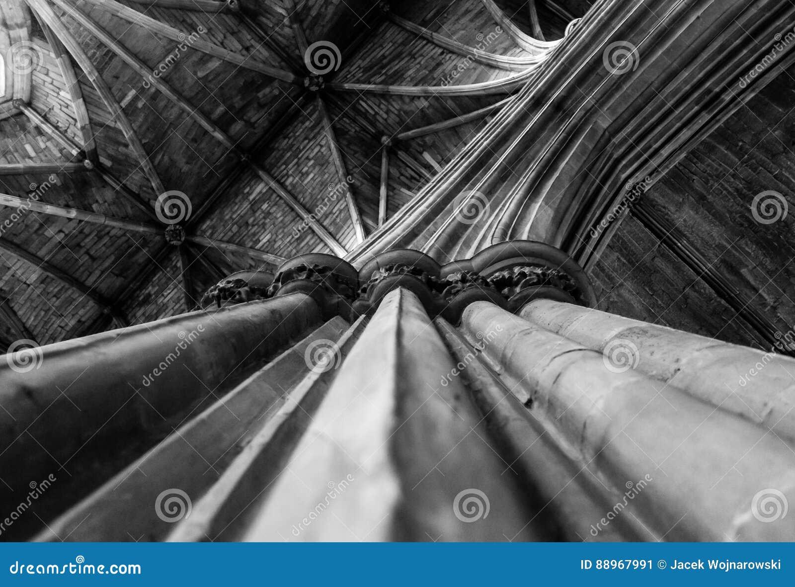 Oben schauen entlang einer Säule in Richtung zur Decke von Worcester Cathe