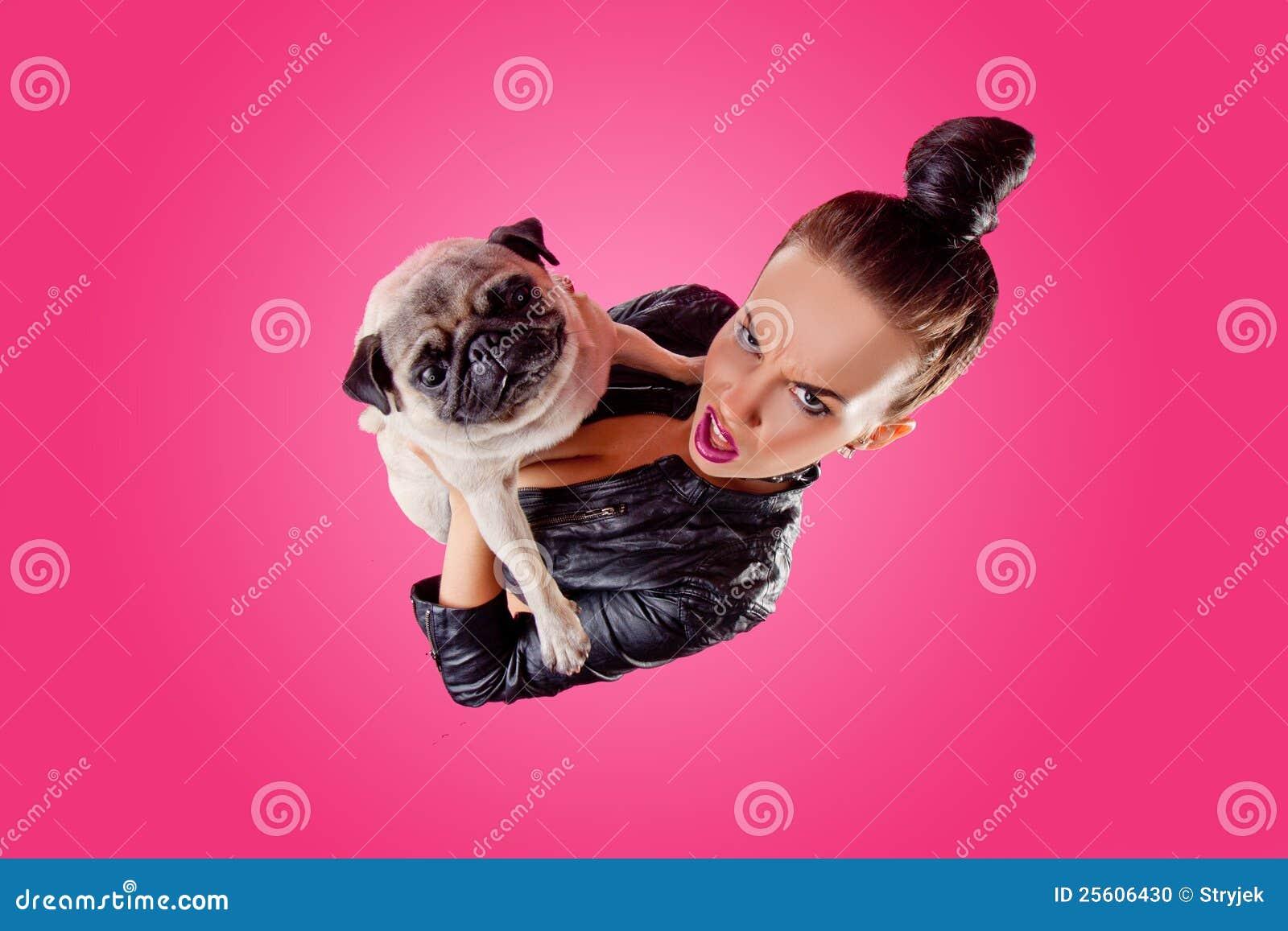 Obenliegende Ansicht der Frau mit Pug